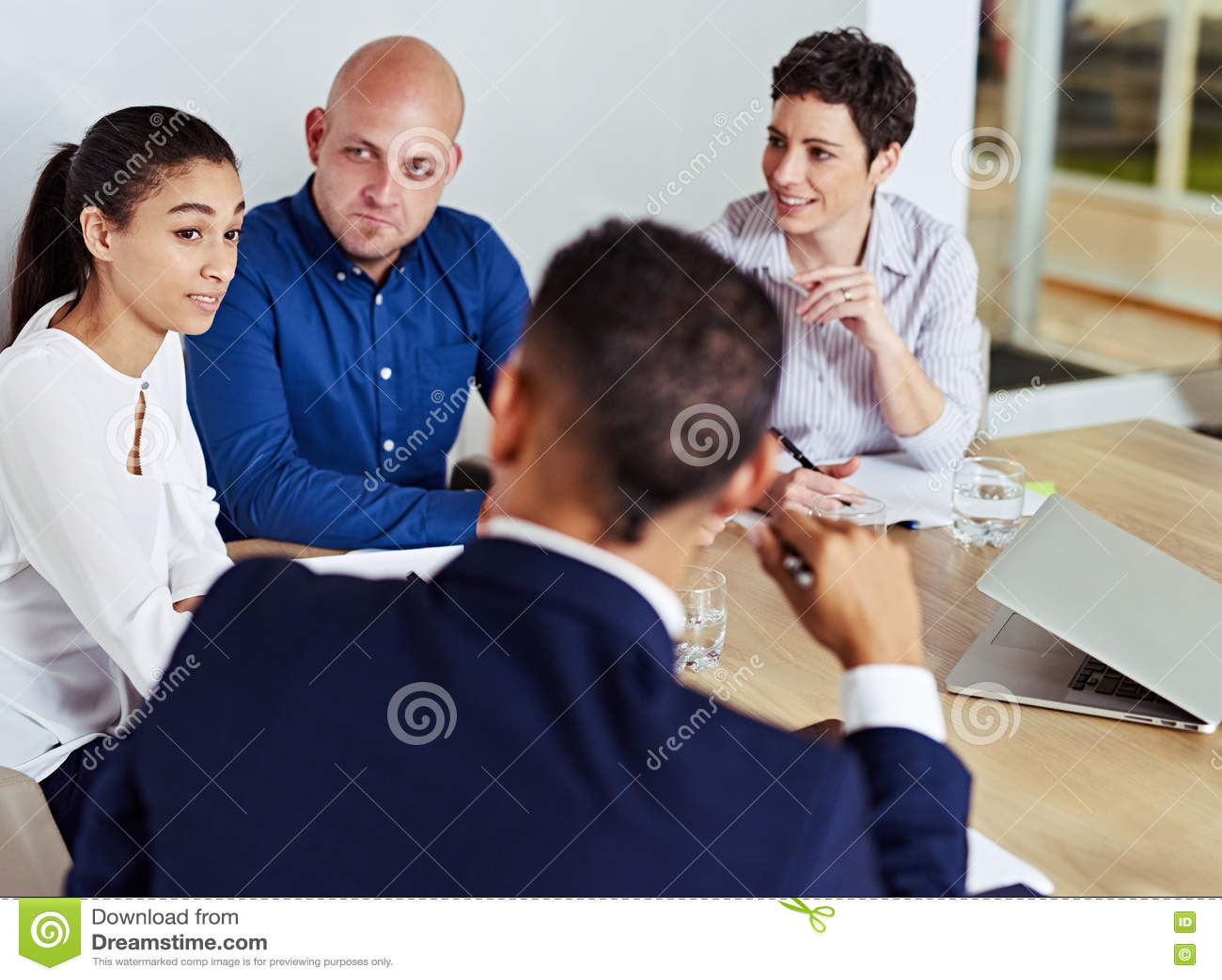 Geschäftsleute beschäftigt, eine Sitzung zusammen in der Chefetage habend