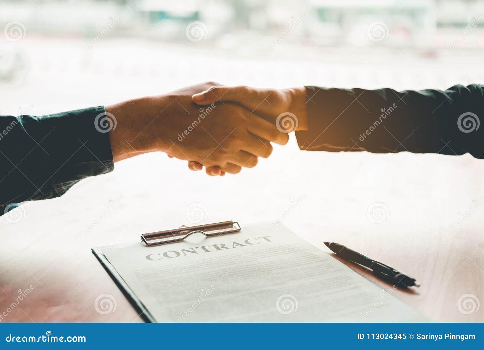 Geschäftsleute, die über einen Vertragshändedruck zwischen Col. zwei verhandeln