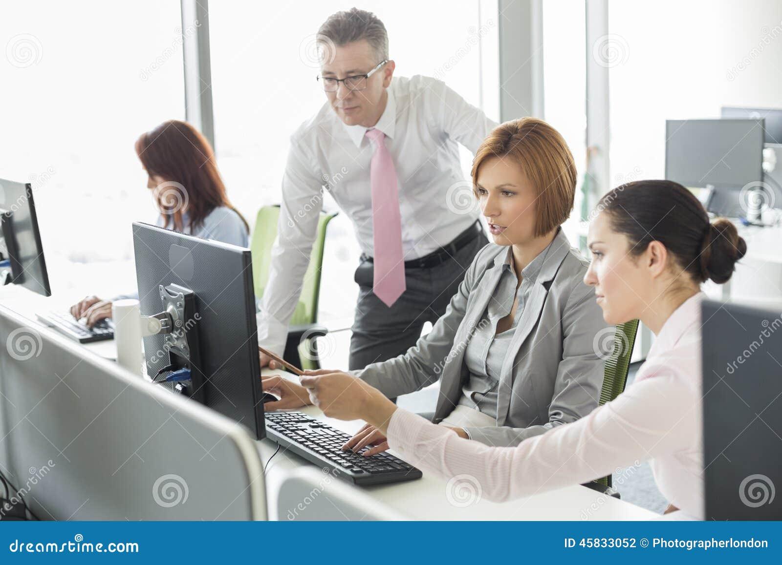 Geschaftsleute Die An Computer Im Buro Arbeiten Stockfoto Bild