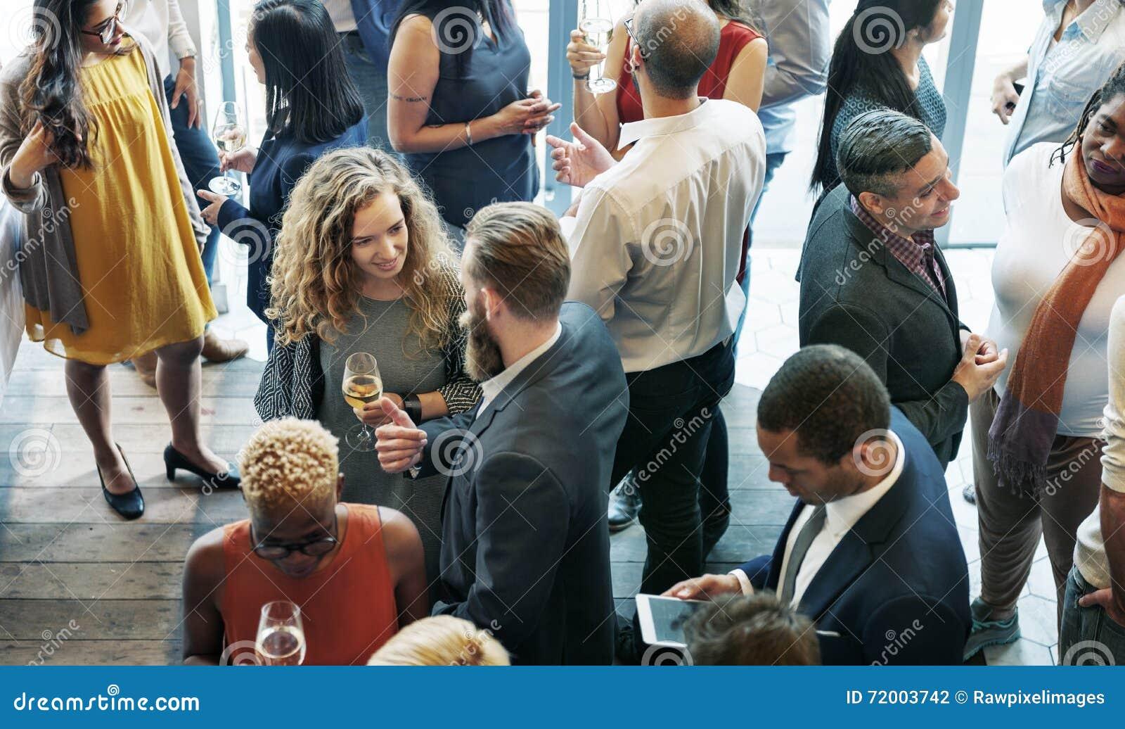 Geschäftsleute, die Diskussions-Küche-Partei-Konzept essend sich treffen