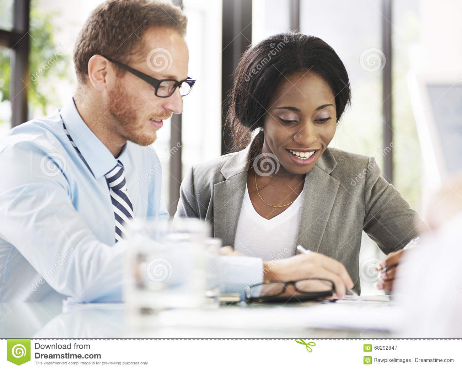 Geschäftsleute, die Diskussions-Kommunikations-Konzept treffen