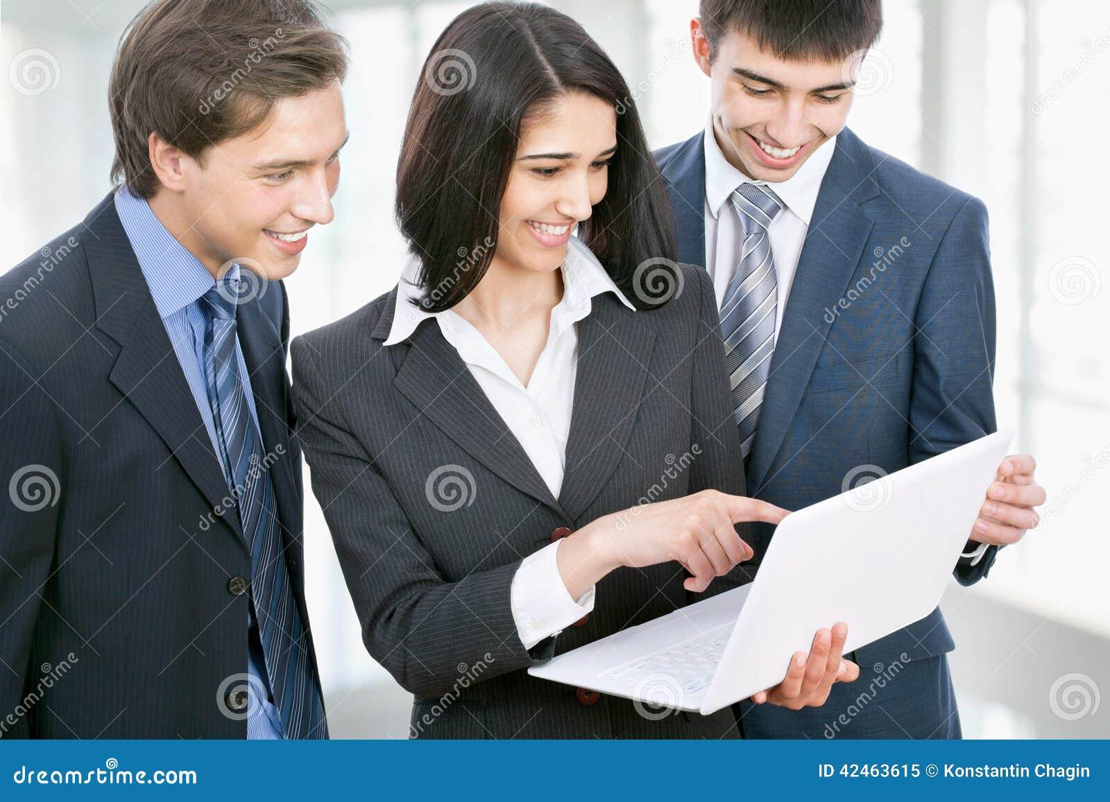 Geschäftsleute, die in einem Bürokorridor sich besprechen