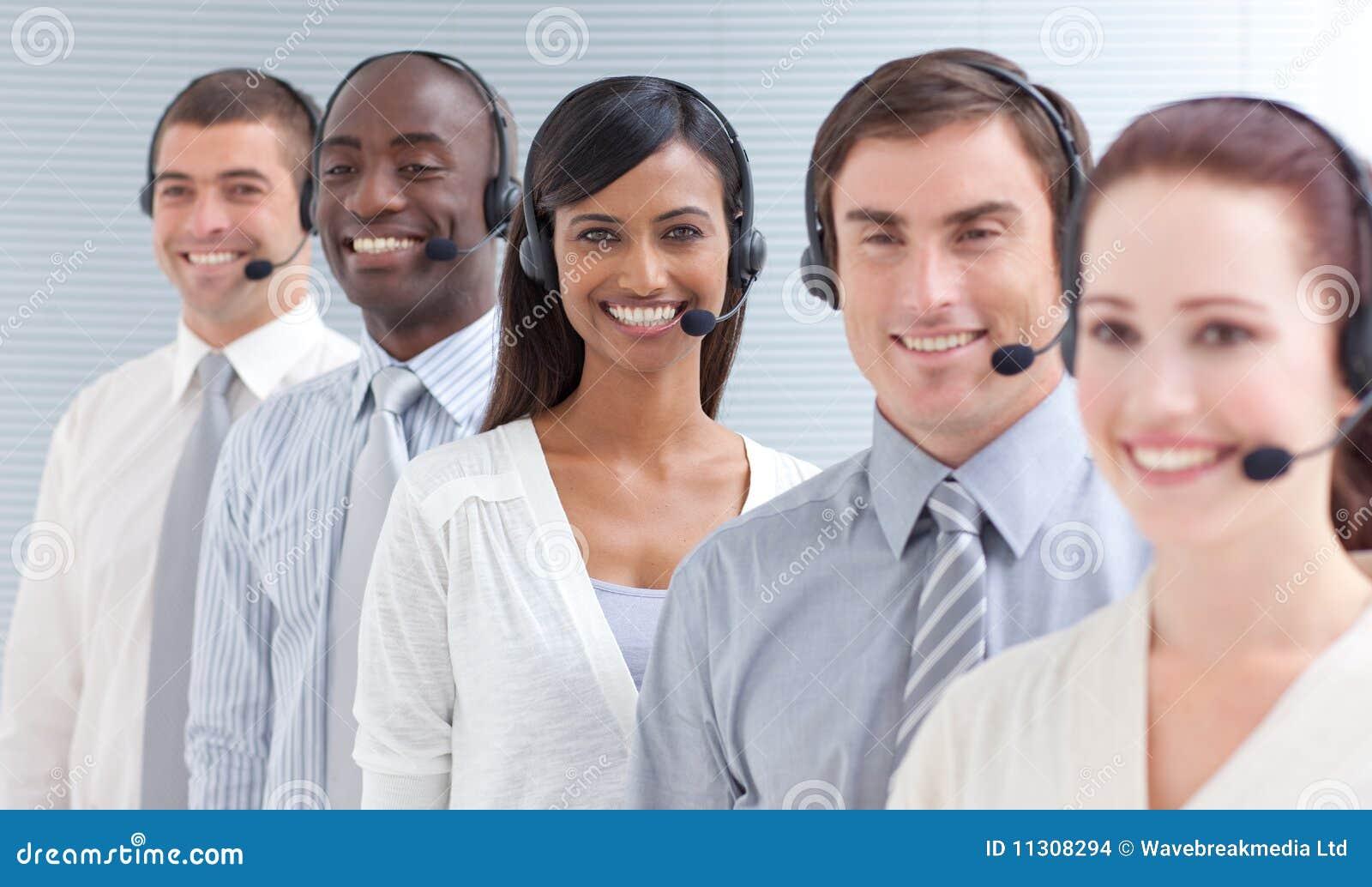 Geschäftsleute, die in einem Kundenkontaktcenter in einer Zeile arbeiten