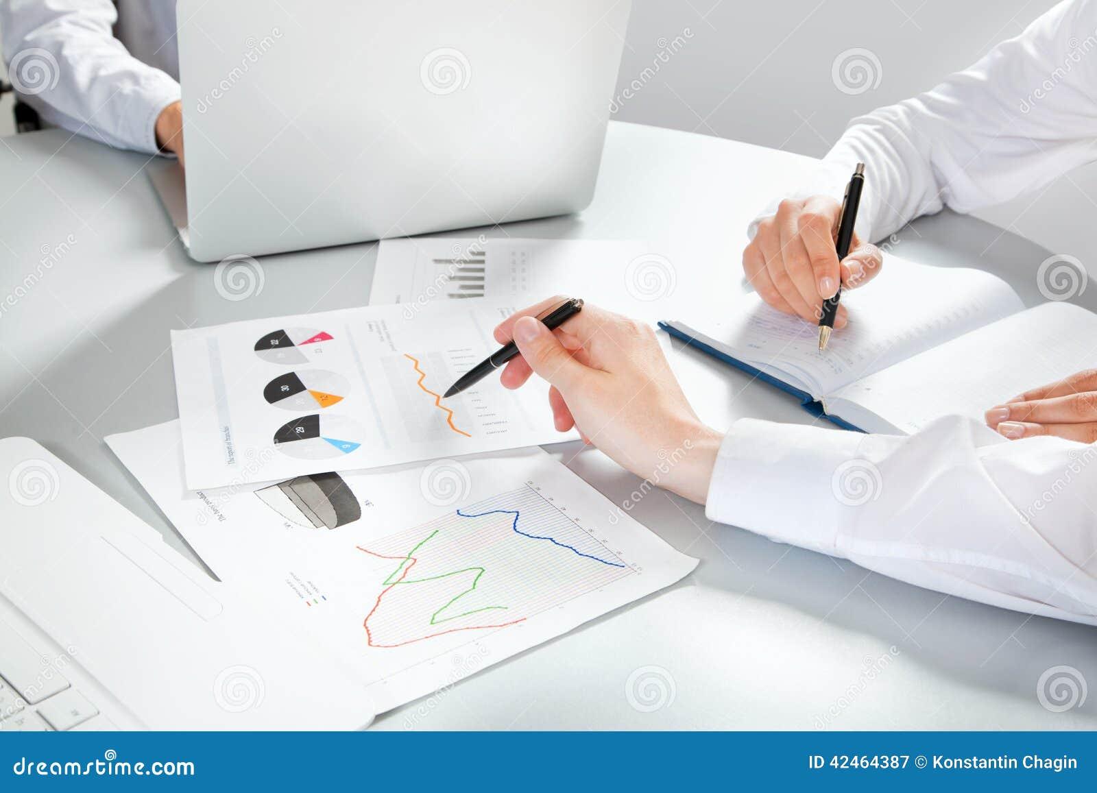 Geschäftsleute, die einen Finanzplan besprechen