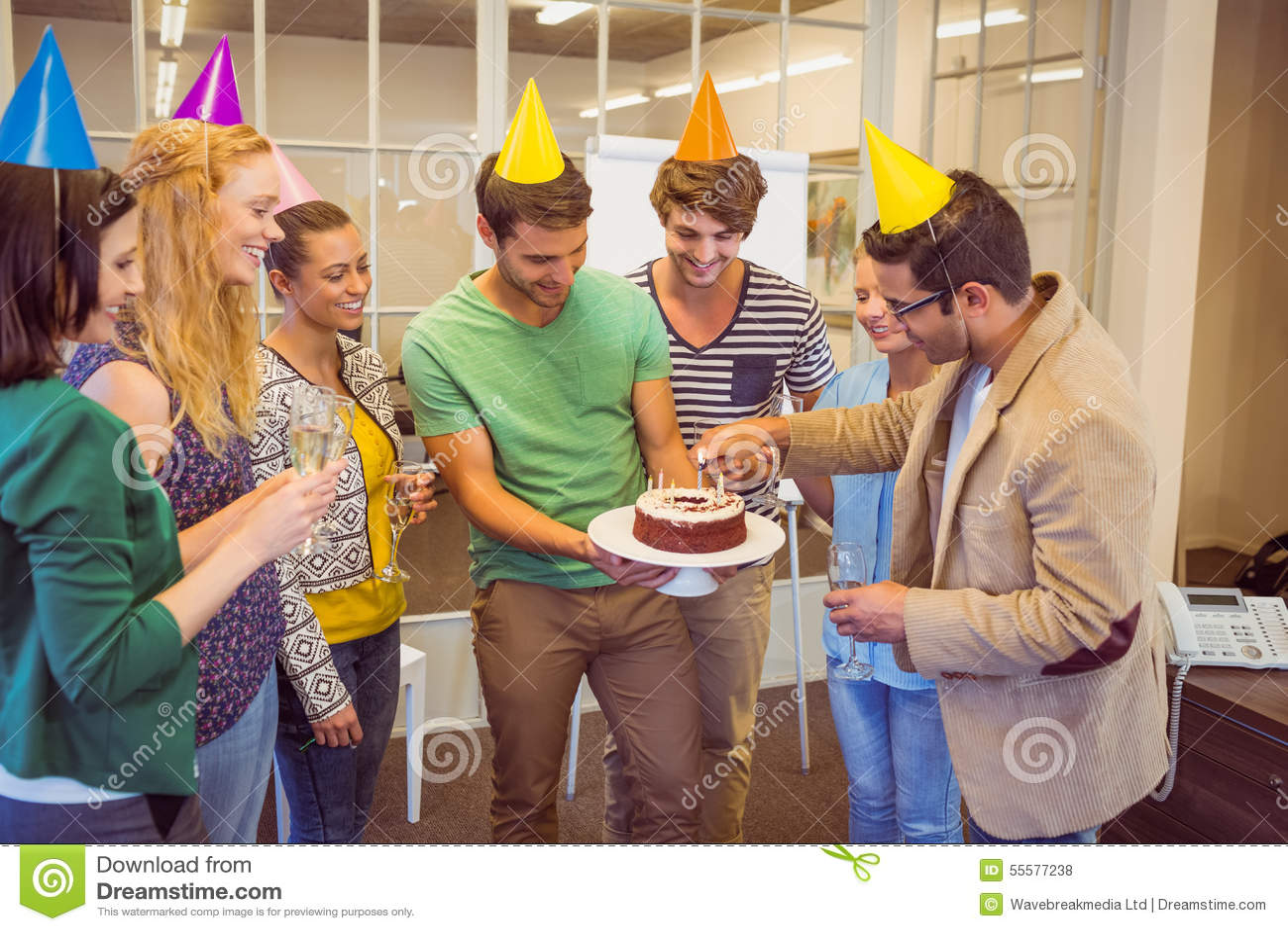Geschäftsleute, die einen Geburtstag feiern