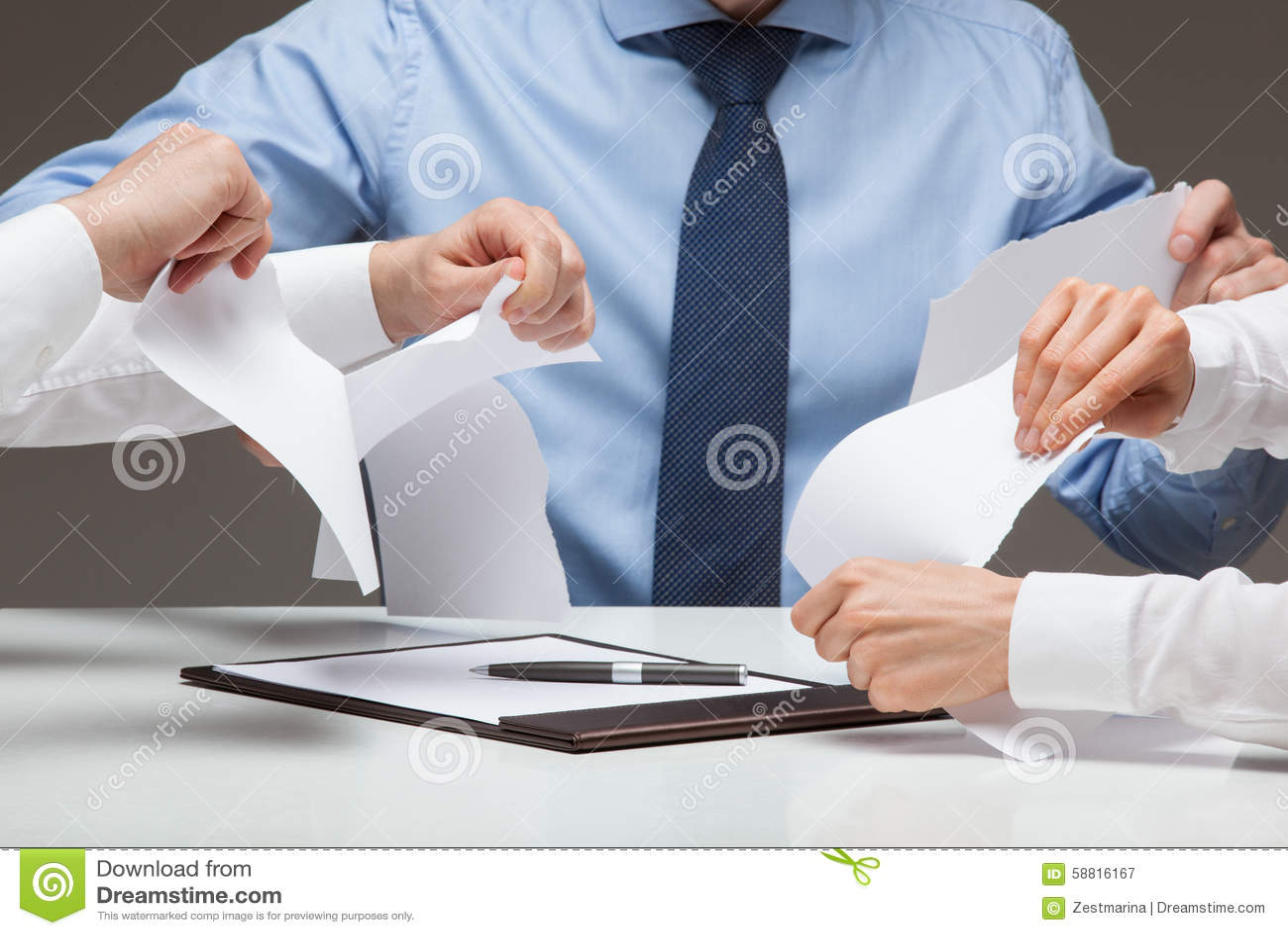 Geschäftsleute, die grausam Dokumente zerreißen