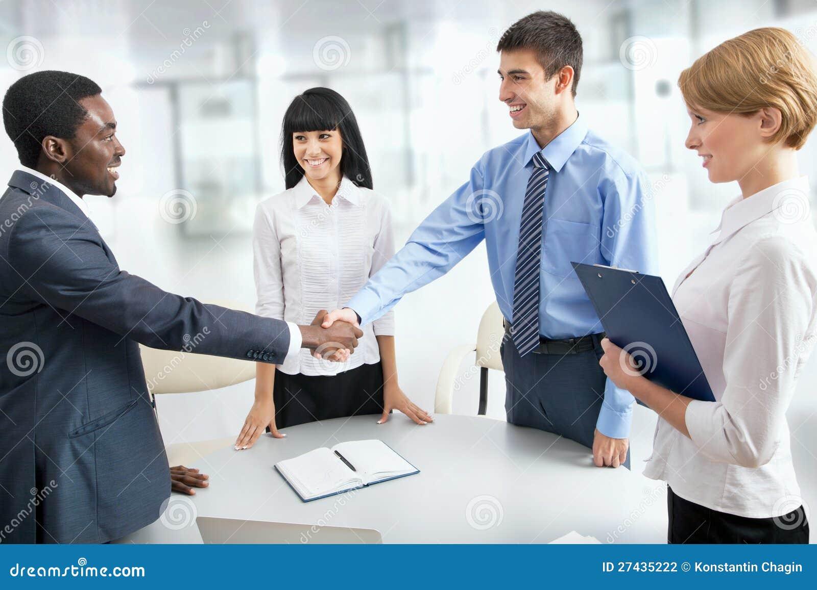 Geschäftsleute, die Hände rütteln