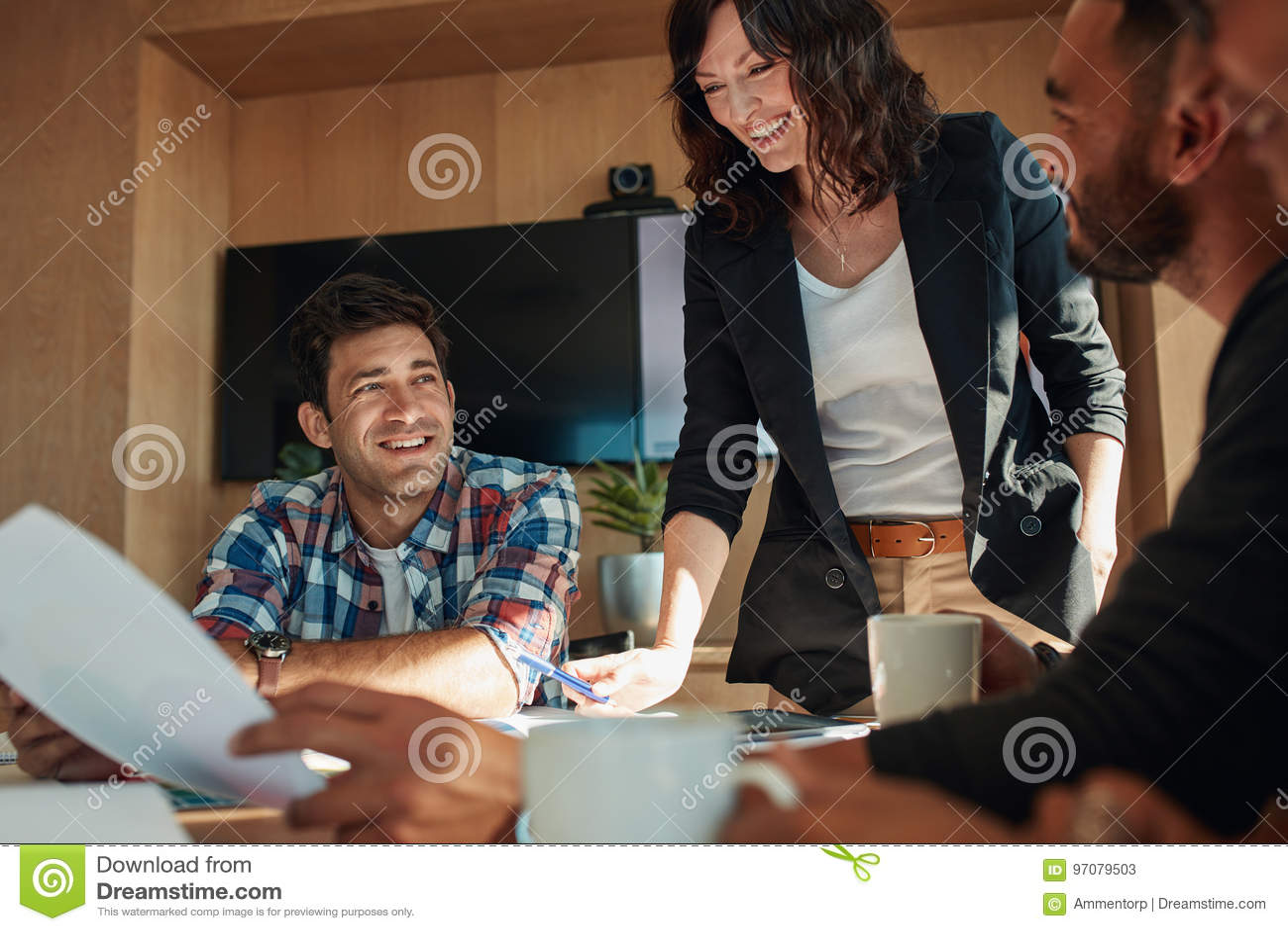 Geschäftsleute, die im Konferenzzimmer am Start sich besprechen
