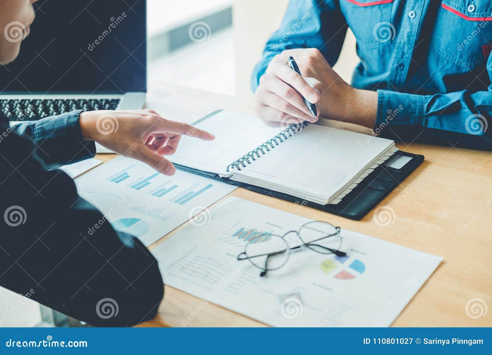 Geschäftsleute, die Planung und Funktion auf neuem Geschäft DES treffen