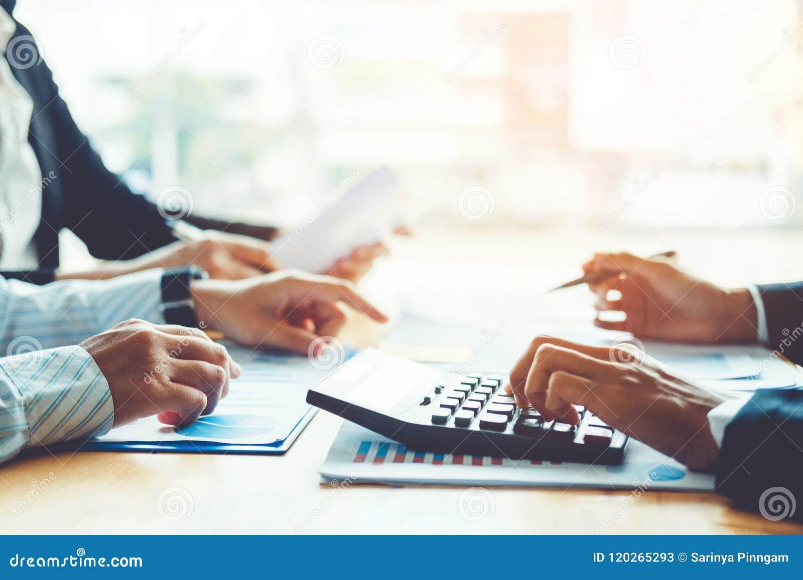Geschäftsleute, die Planungs-Strategie-Analyse-Konzept auf fu treffen