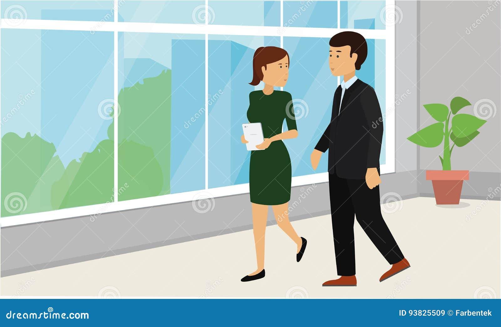 Geschäftsleute, die unten in Bürokorridor und -unterhaltung gehen