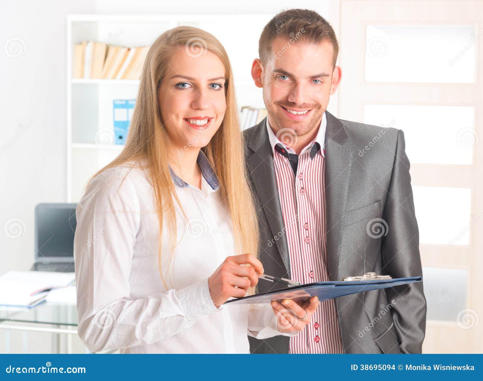 Geschäftsleute, die zusammen ein Dokument lesen