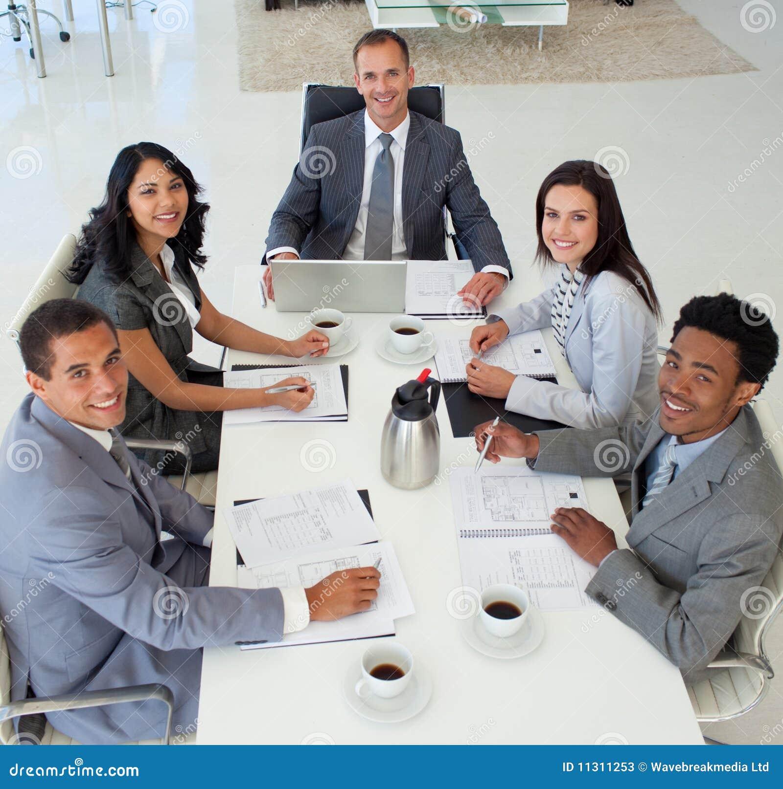 Geschäftsleute in einem Sitzungslächeln