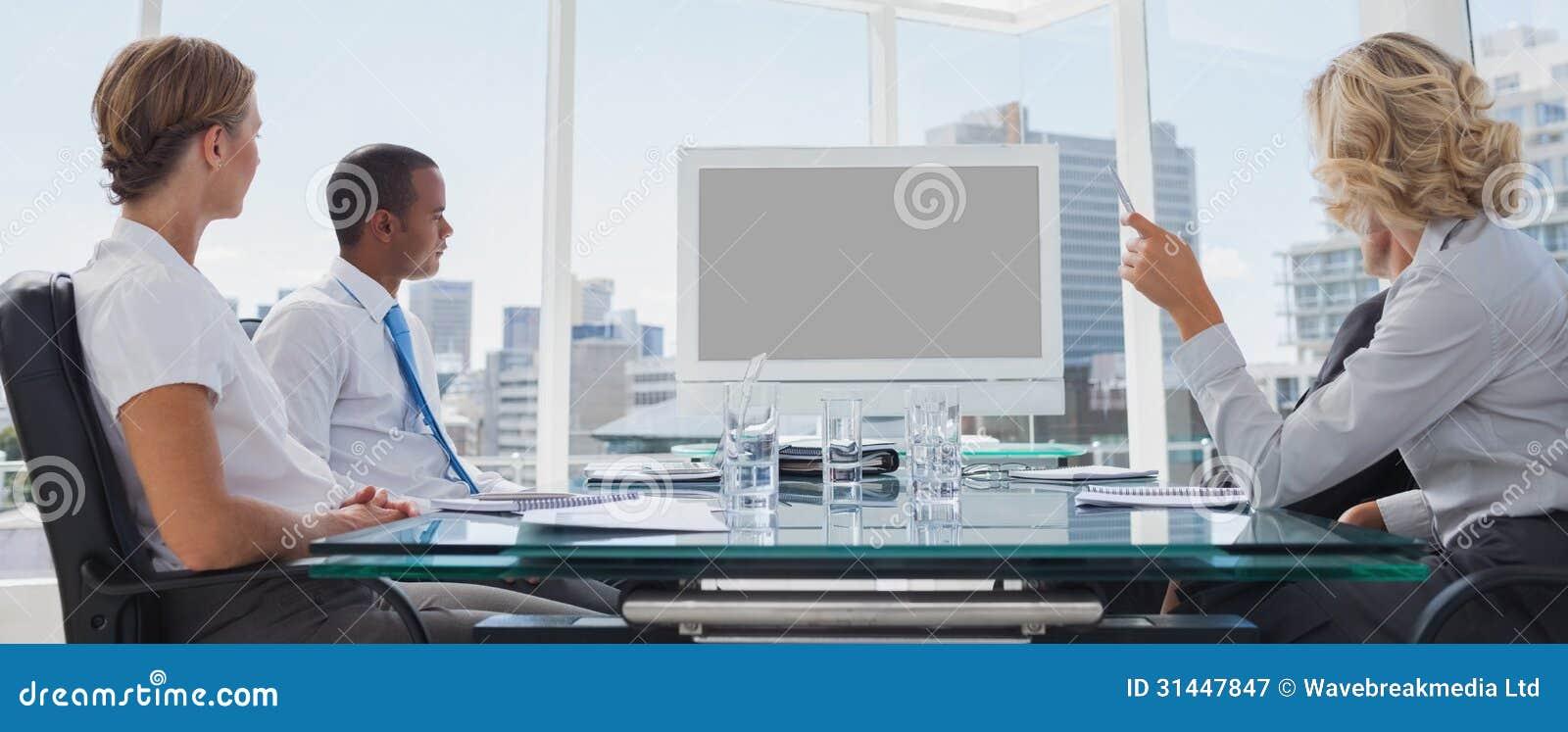Geschäftsleute erfasst während einer Videokonferenz