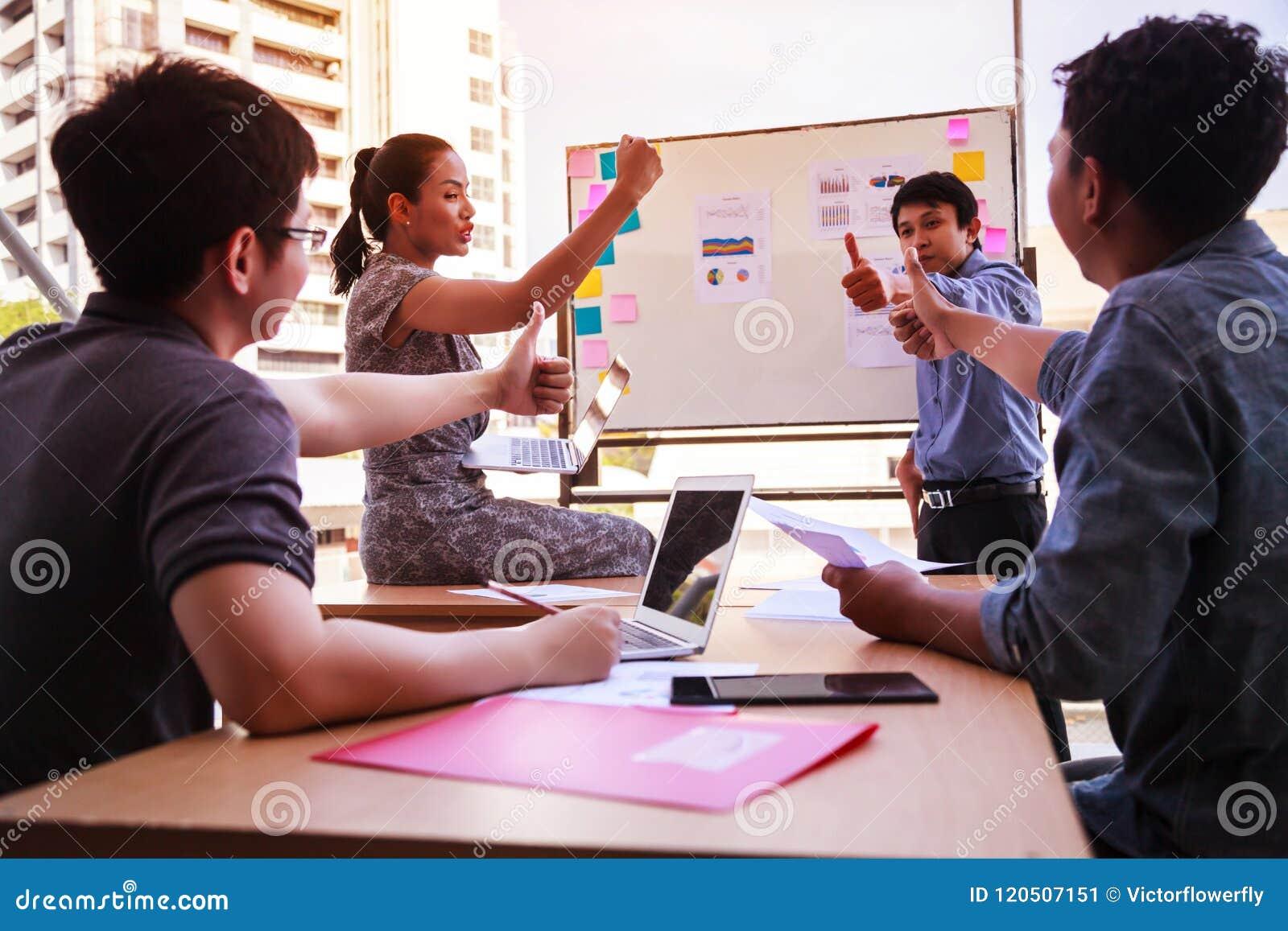 Geschäftsleute greifen oben über Tabelle in einer Planungssitzung im modernen Büro ab Teamwork, Verschiedenartigkeit, Zusammenarb