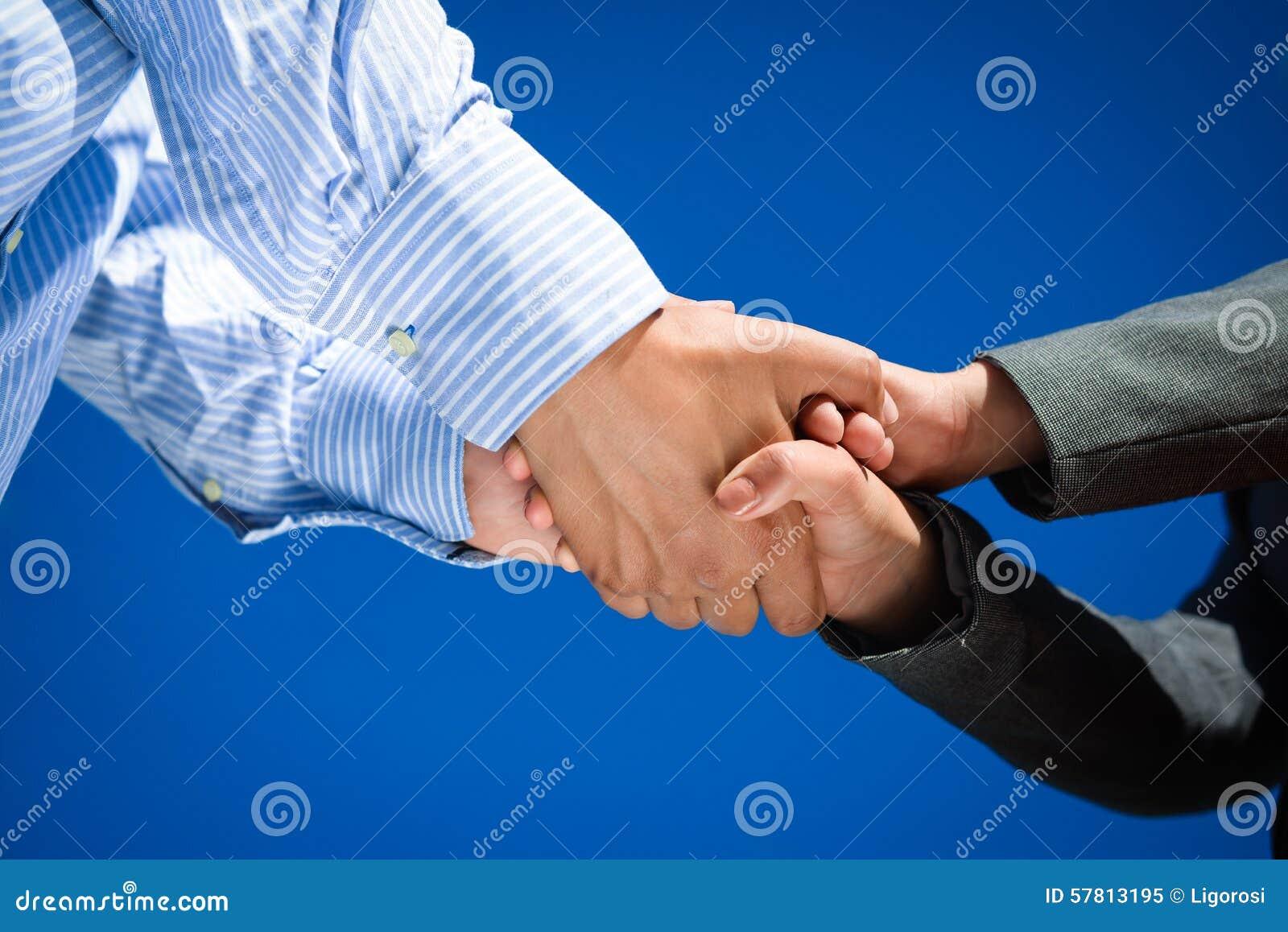 Geschäftsleute Händeschütteln am sonnigen Tag draußen