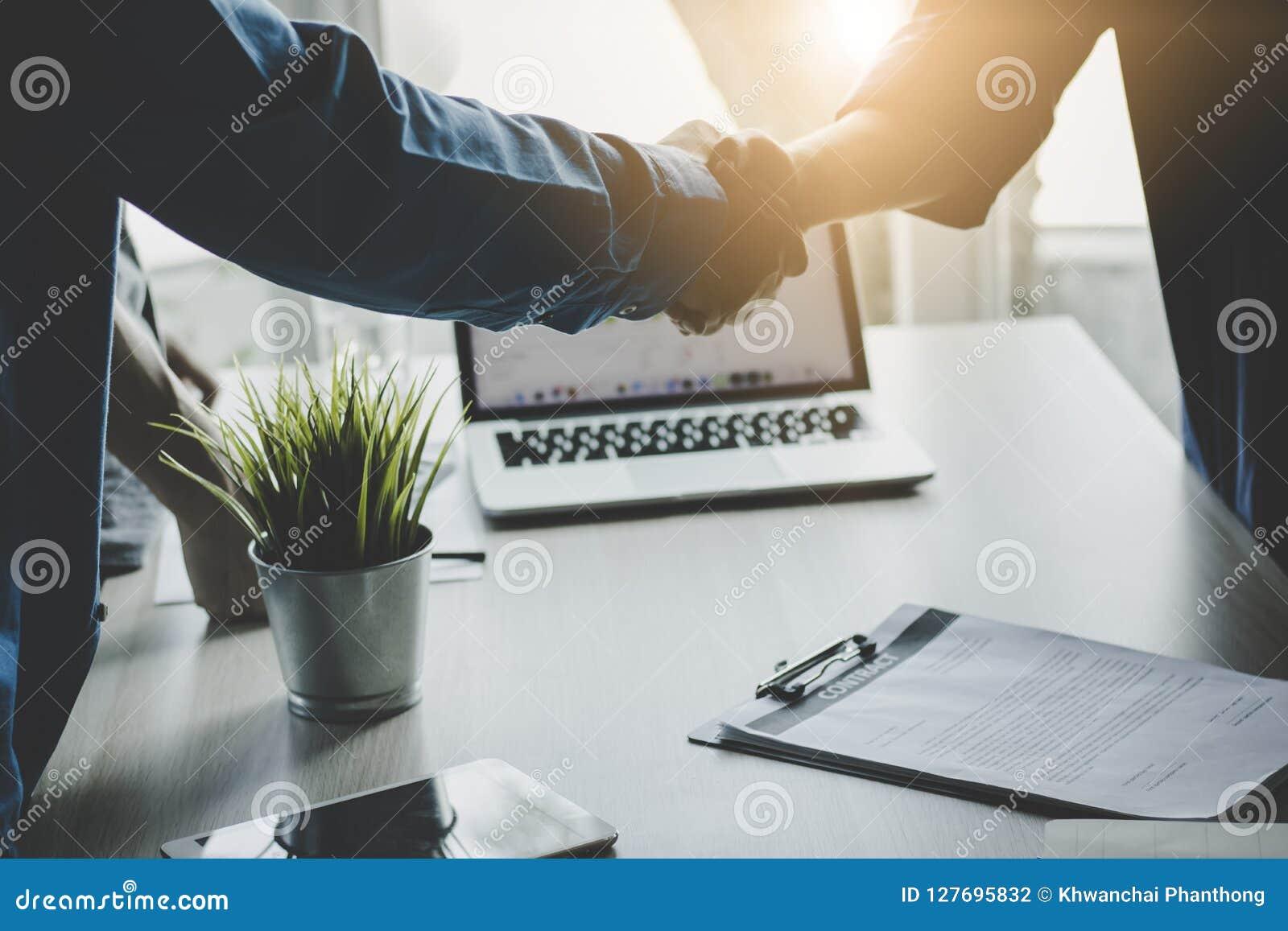Geschäftsleute rütteln die Hände, erfolgreich verhandeln Sie und communicat