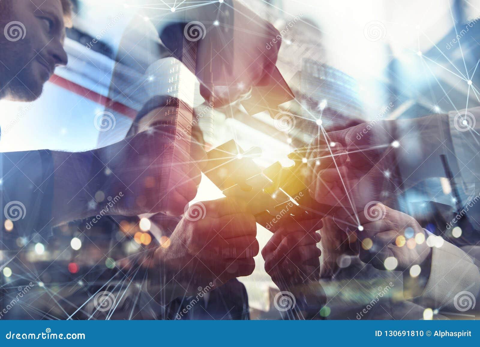 Geschäftsleute schließen sich Puzzlespielstücken im Büro an Konzept der Teamwork und der Partnerschaft Doppelbelichtung mit Inter