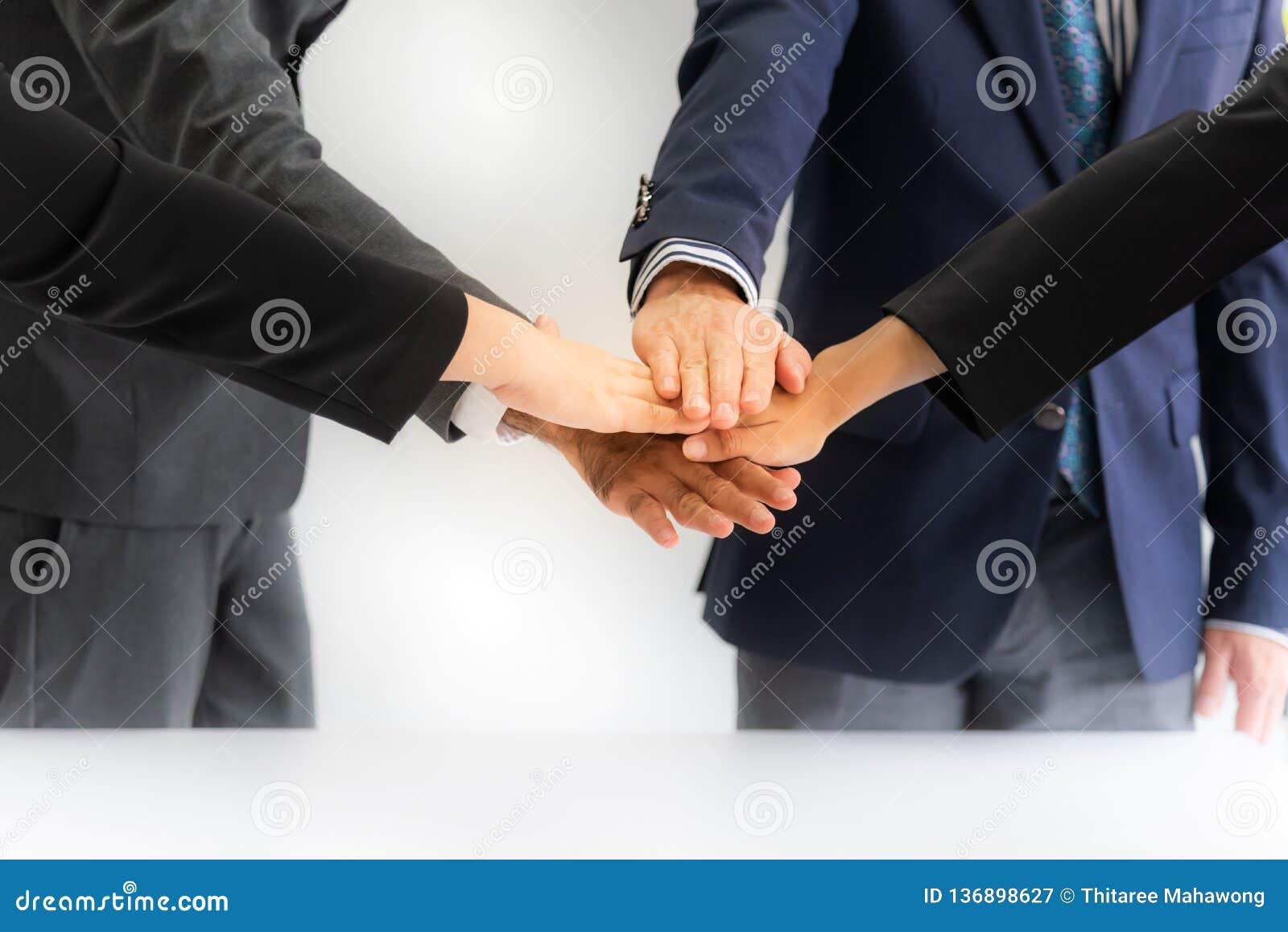 Geschäftsmänner, die Erfolgsteamwork treffen