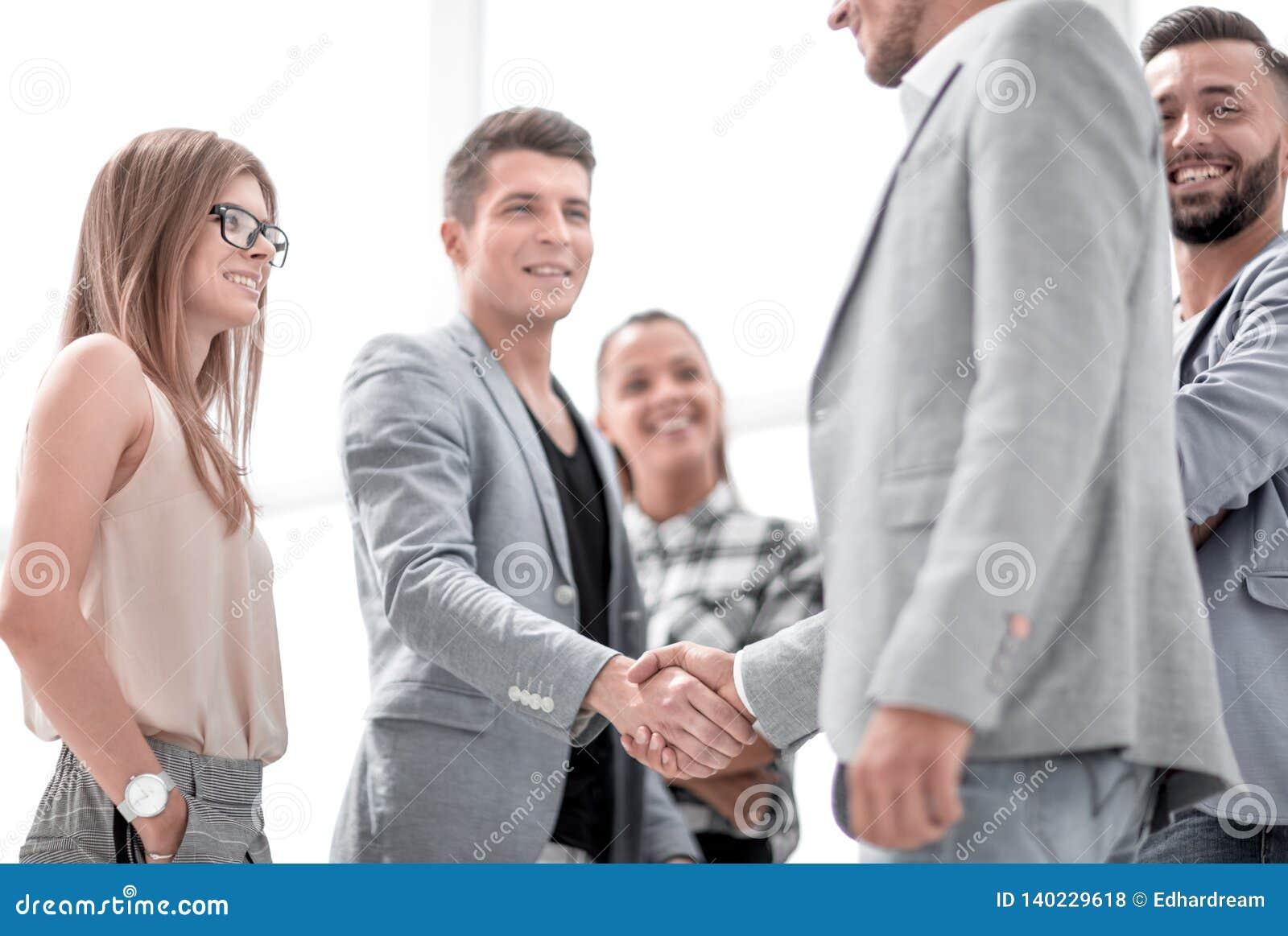 Geschäftsmänner, die Hände rütteln Zwei überzeugte Geschäftsmänner, die Hände und das Lächeln rütteln