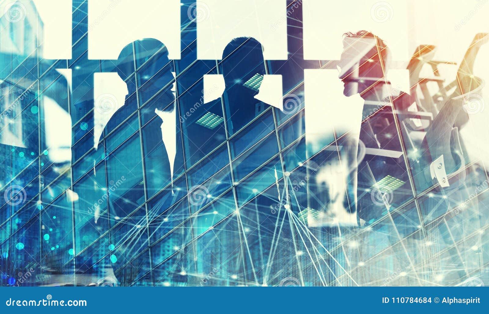 Geschäftsmänner, die im Büro mit Network Connection Effekt zusammenarbeiten Konzept der Teamwork und der Partnerschaft doppeltes