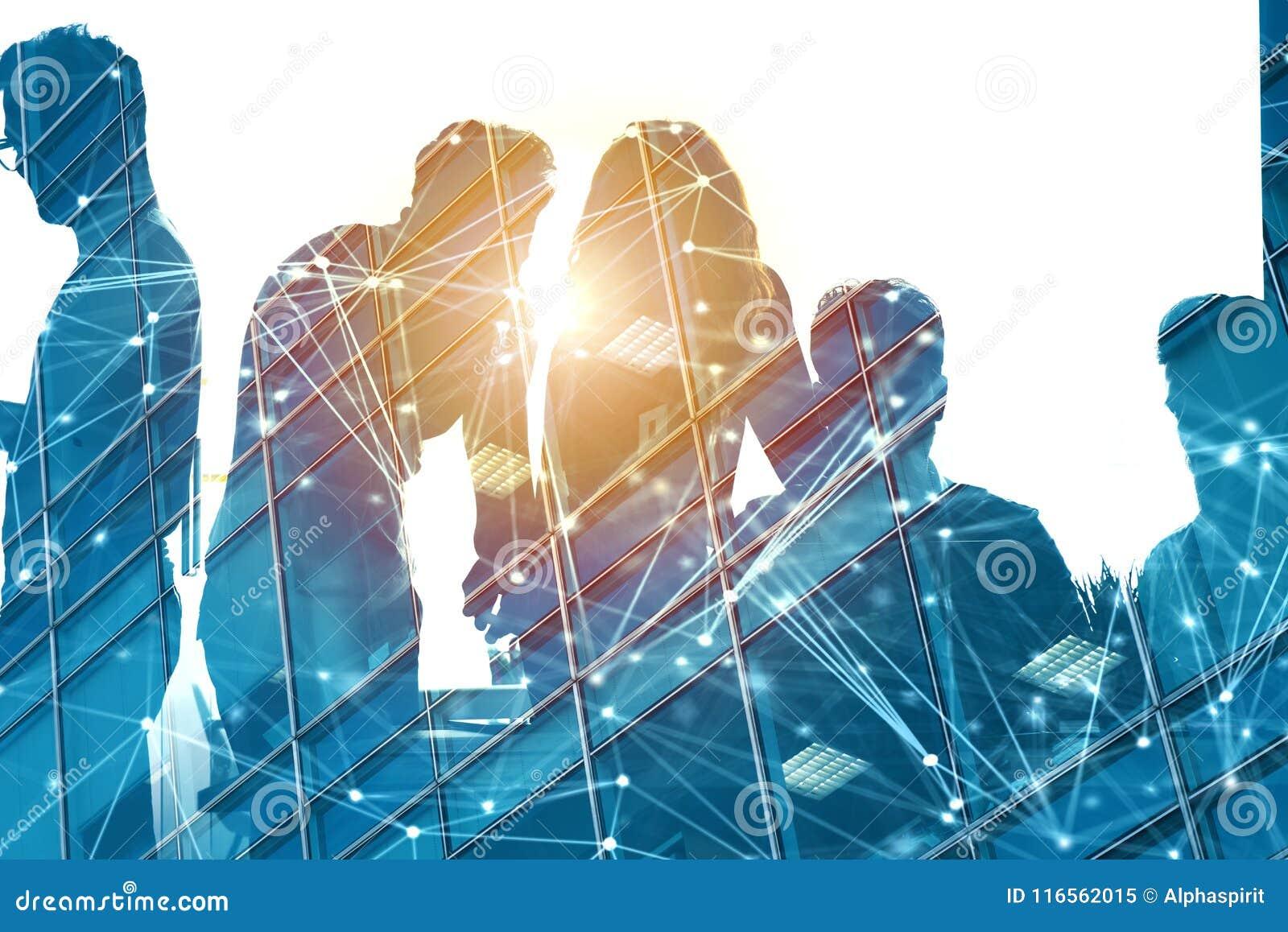 Geschäftsmänner, die im Büro mit Netzeffekt zusammenarbeiten Konzept der Teamwork und der Partnerschaft Doppelte Berührung