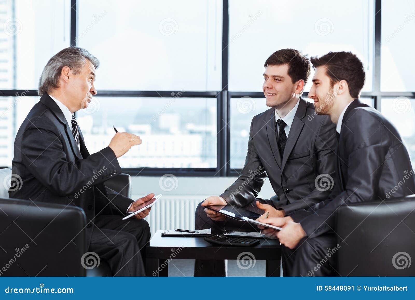 Geschäftsmänner, welche die Politik der Firma besprechen