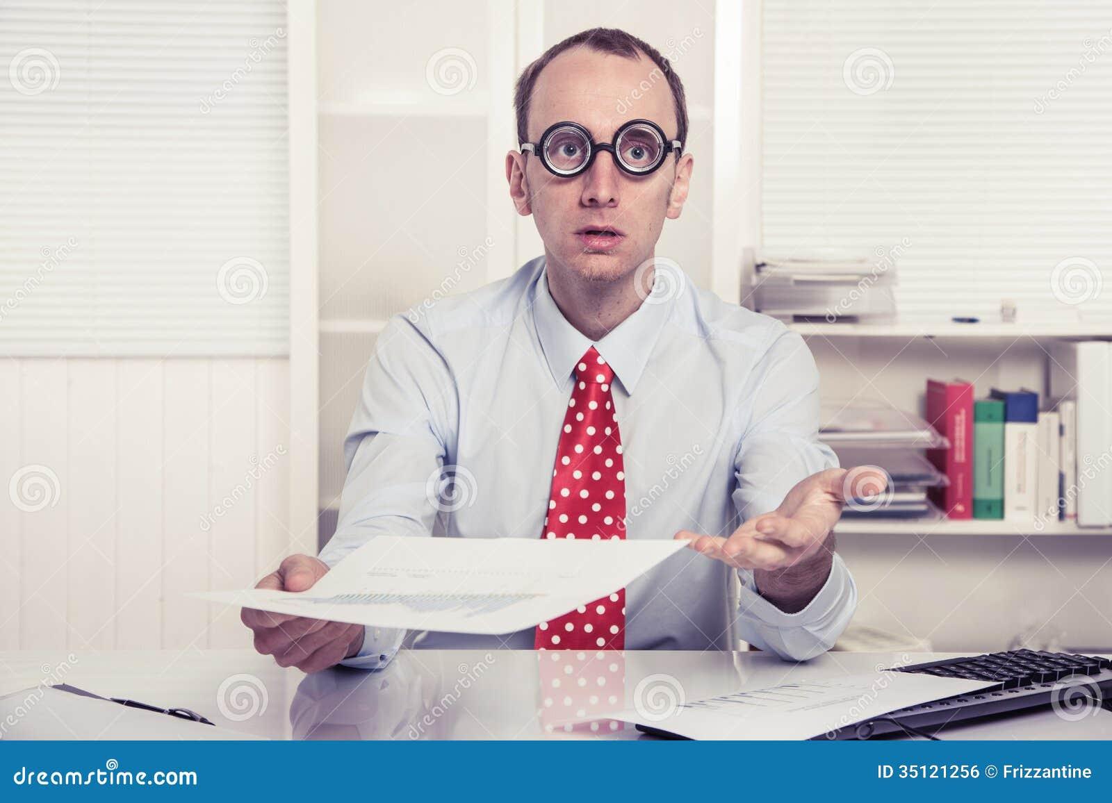 Geschäftsmann - aggressive Verkaufstaktik oder verdutzt, über- Papierdruck übergebend