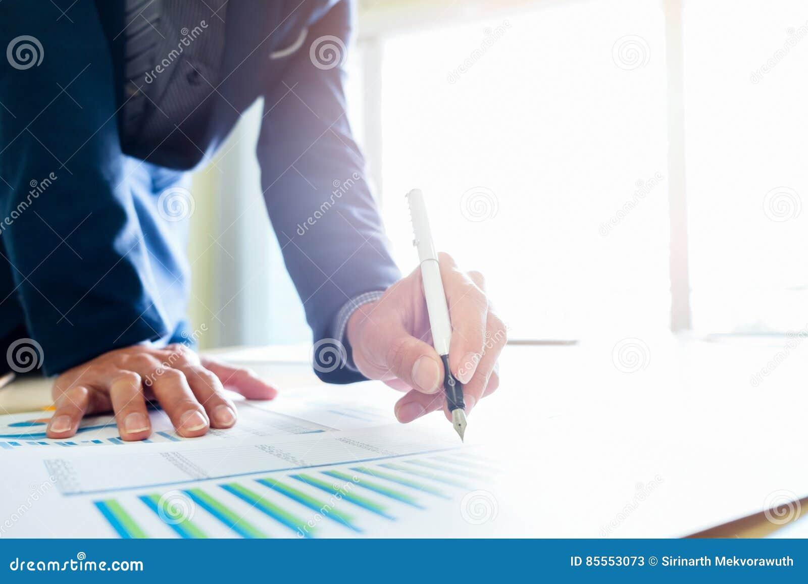 Geschäftsmann analysieren Geschäftsmarketing-Daten