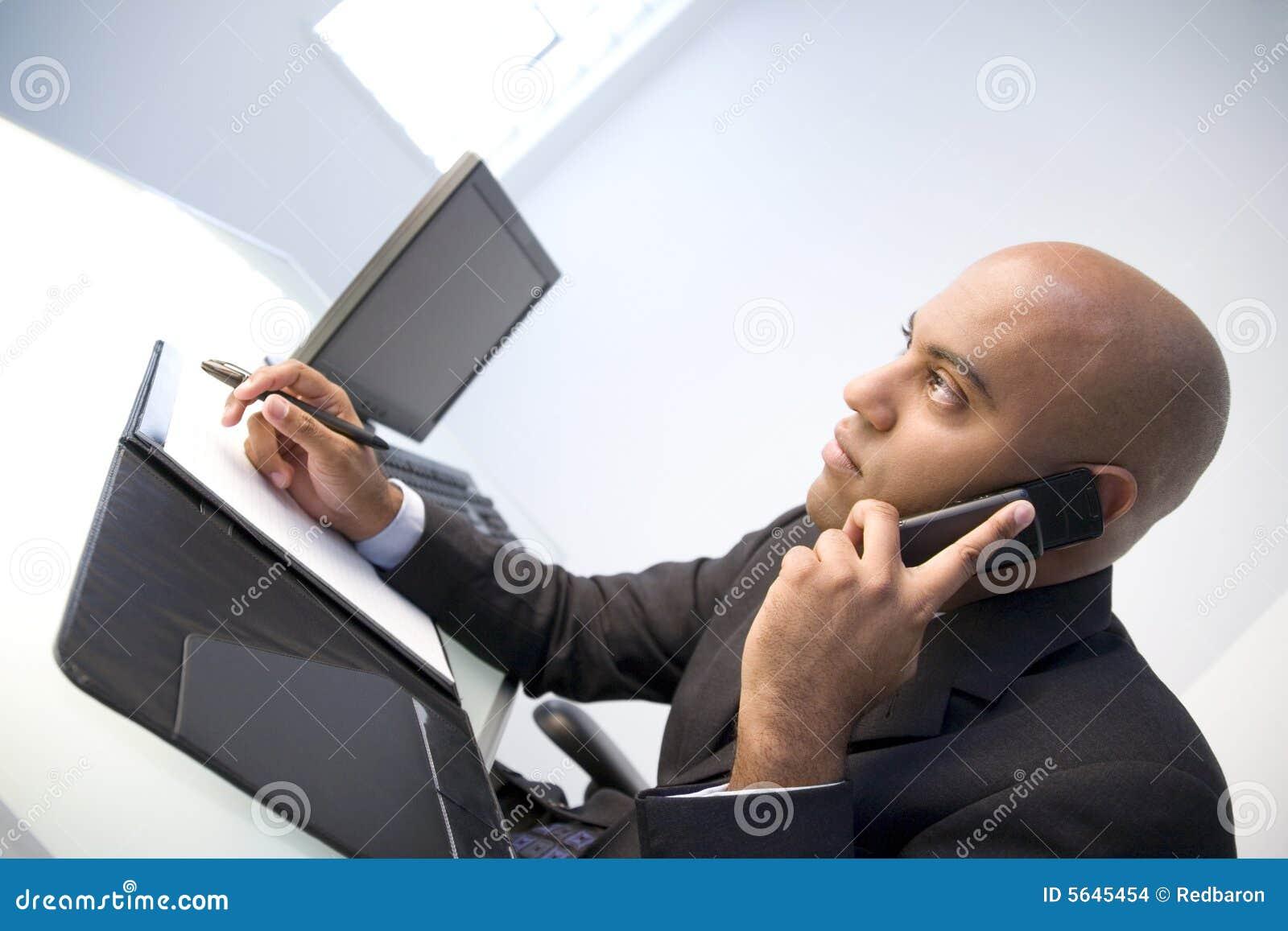 Geschäftsmann auf Mobiltelefon