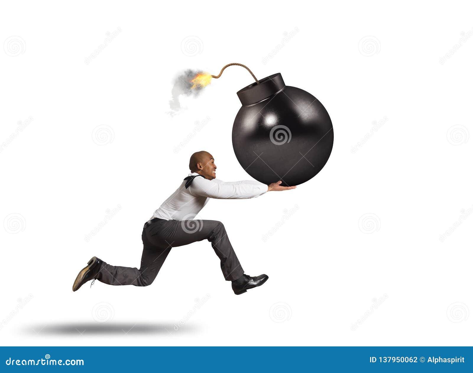 Geschäftsmann in den Gefahrenläufen mit einer großen Bombe in seiner Hand