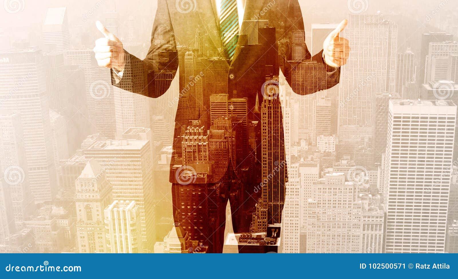 Geschäftsmann, der Überlagerungsstadthintergrund betrachtet