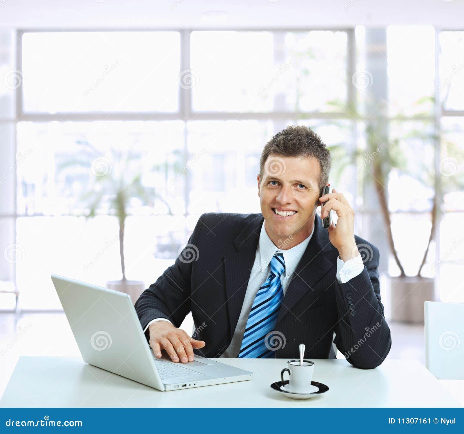 Geschäftsmann, der auf Handy spricht