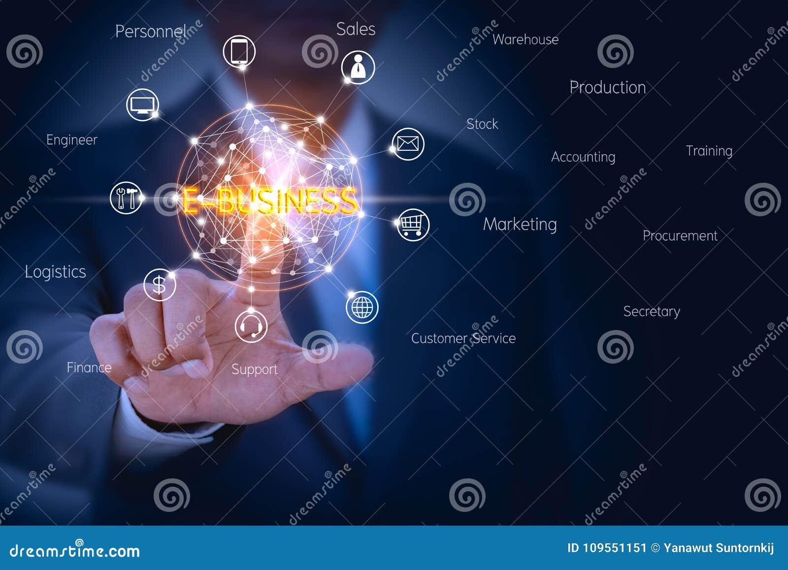 Geschäftsmann, der auf virtuellem Schirm sich berührt, um E-Business-Managementlösung zu steuern