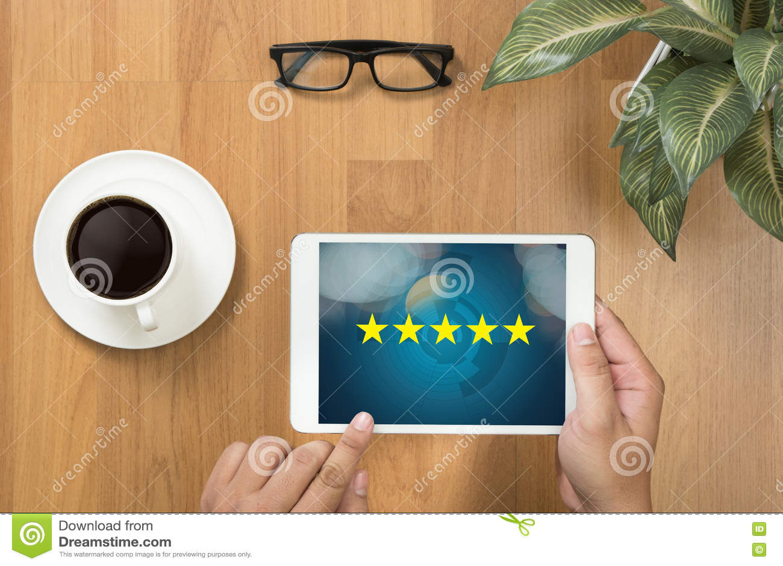 Geschäftsmann, der die Bewertung mit fünf Sternen, Bericht, Zunahmebewertung hält oder