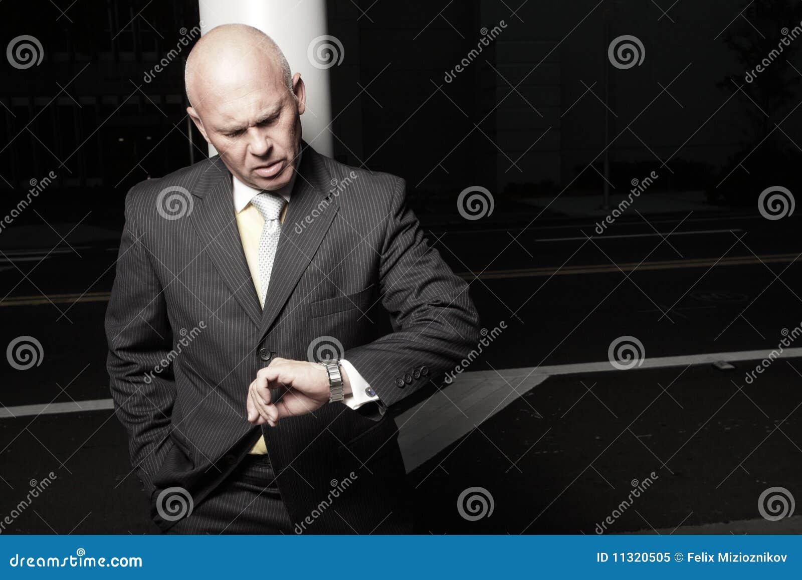 Geschäftsmann, der die Zeit überprüft