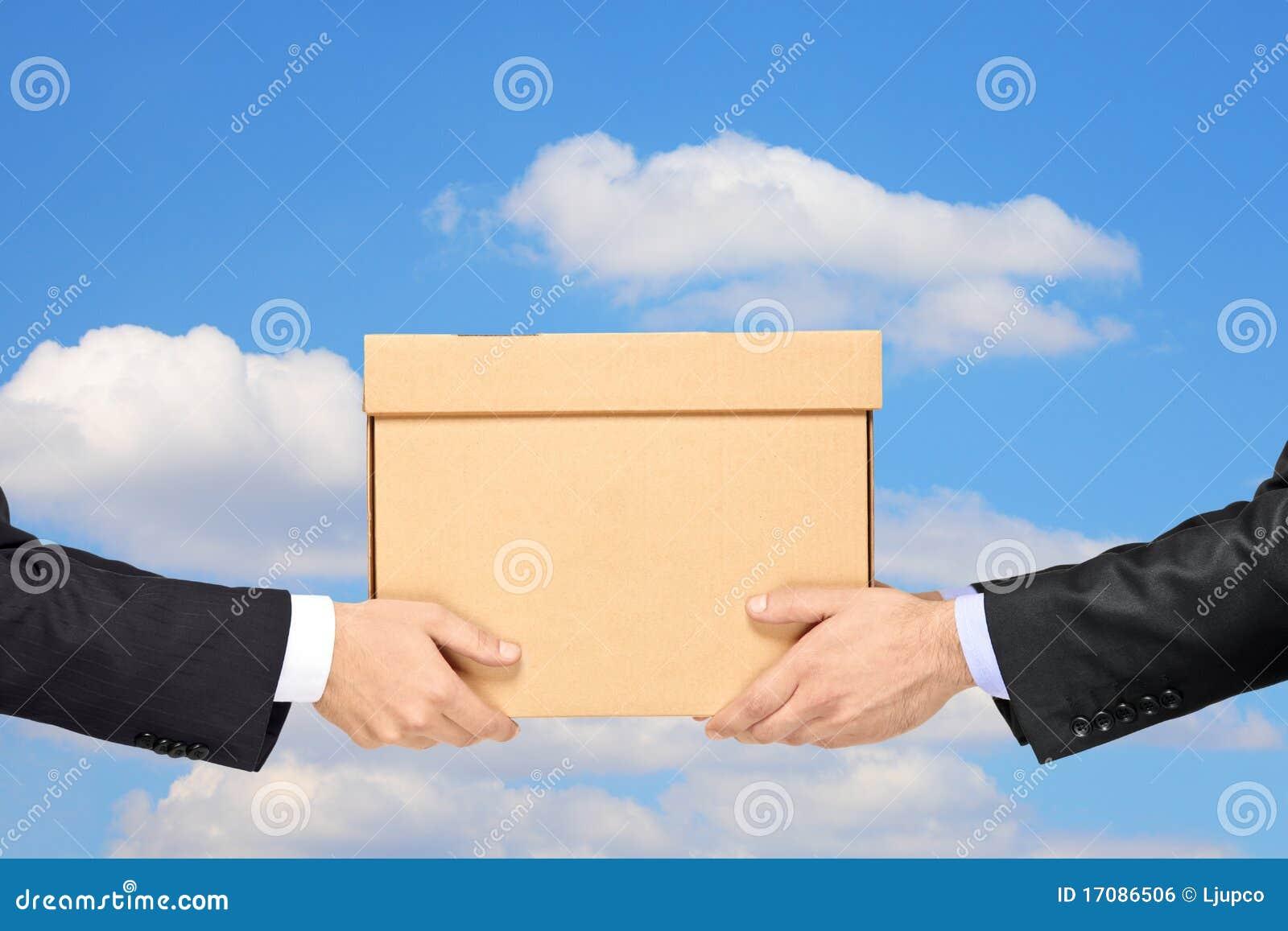 Geschäftsmann, der ein Paket an ein Mann isolat liefert
