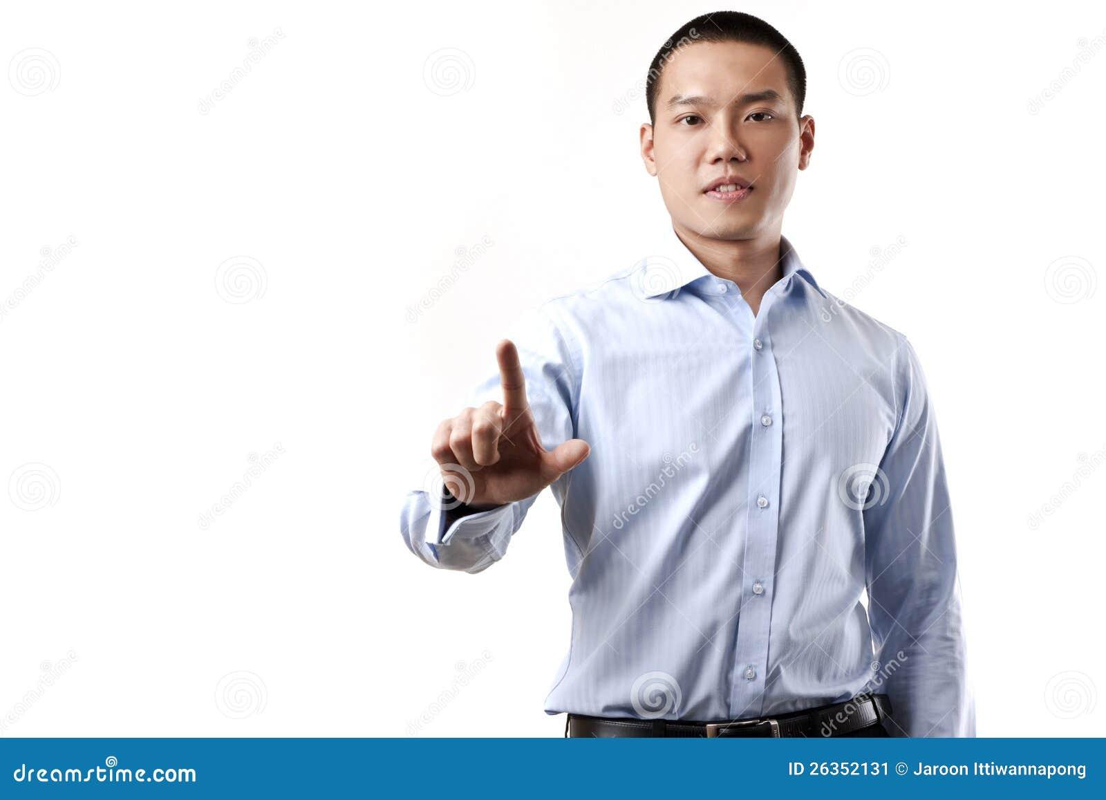 Geschäftsmann, der einen eingebildeten Bildschirm berührt