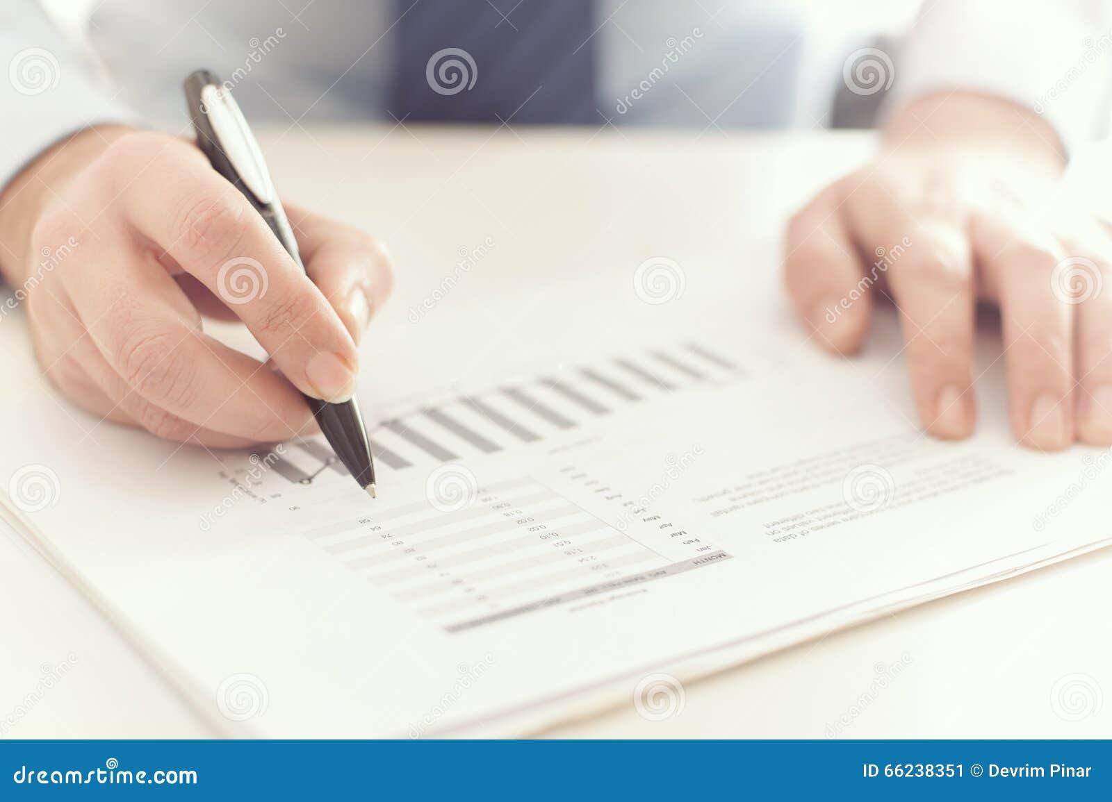 Geschäftsmann, der einen Geschäftsbericht überprüft