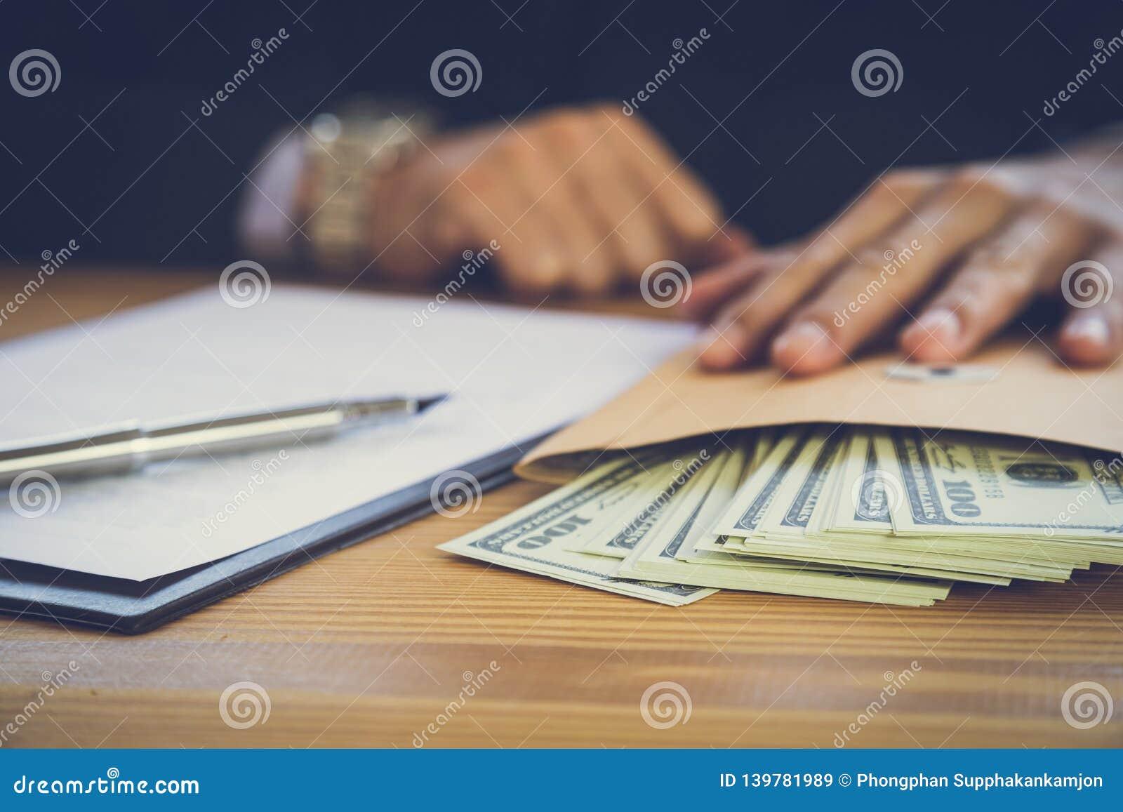Geschäftsmann, der einen Vertrag unterzeichnet Besitzt das Geschäftszeichen persönlich, Direktor der Firma, Anwalt Immobilienagen