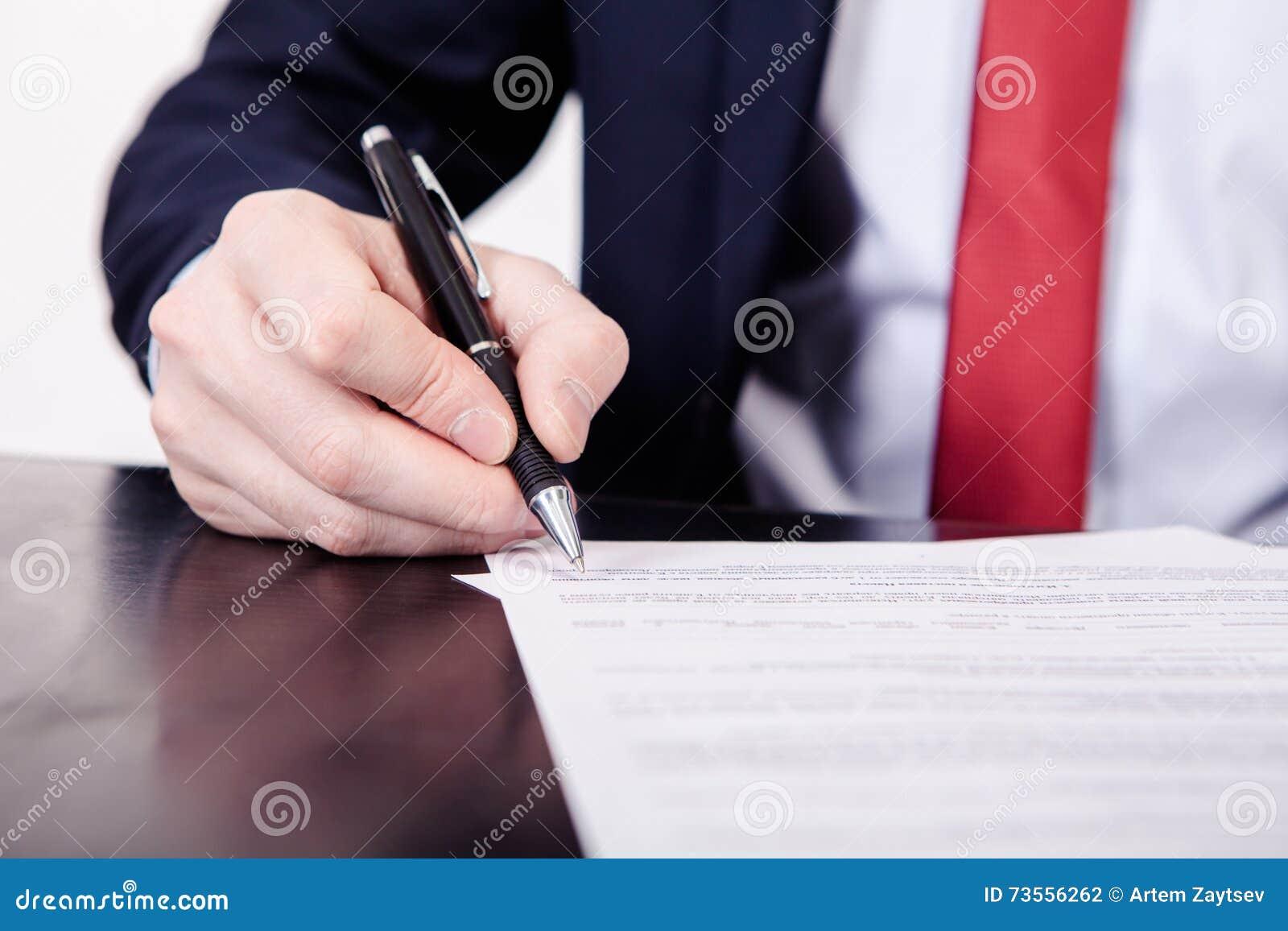 Geschäftsmann, Der Einen Vertrag Unterzeichnet Eine Hand, Die Einen ...