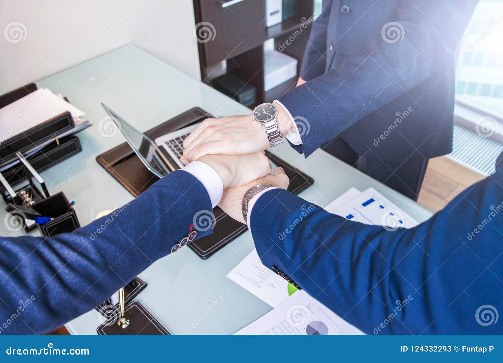 Geschäftsmann, der einen Vertrag unterzeichnet Geschäftsmänner besprechen Geschäft