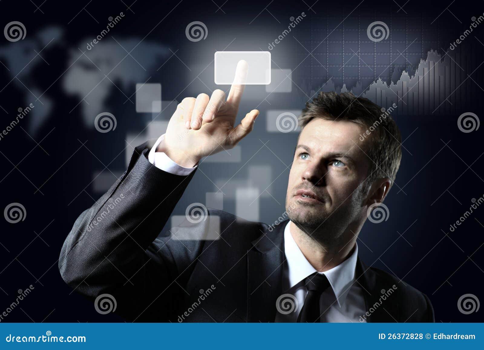 Geschäftsmann, der einen virtuellen Knopf bedrängt