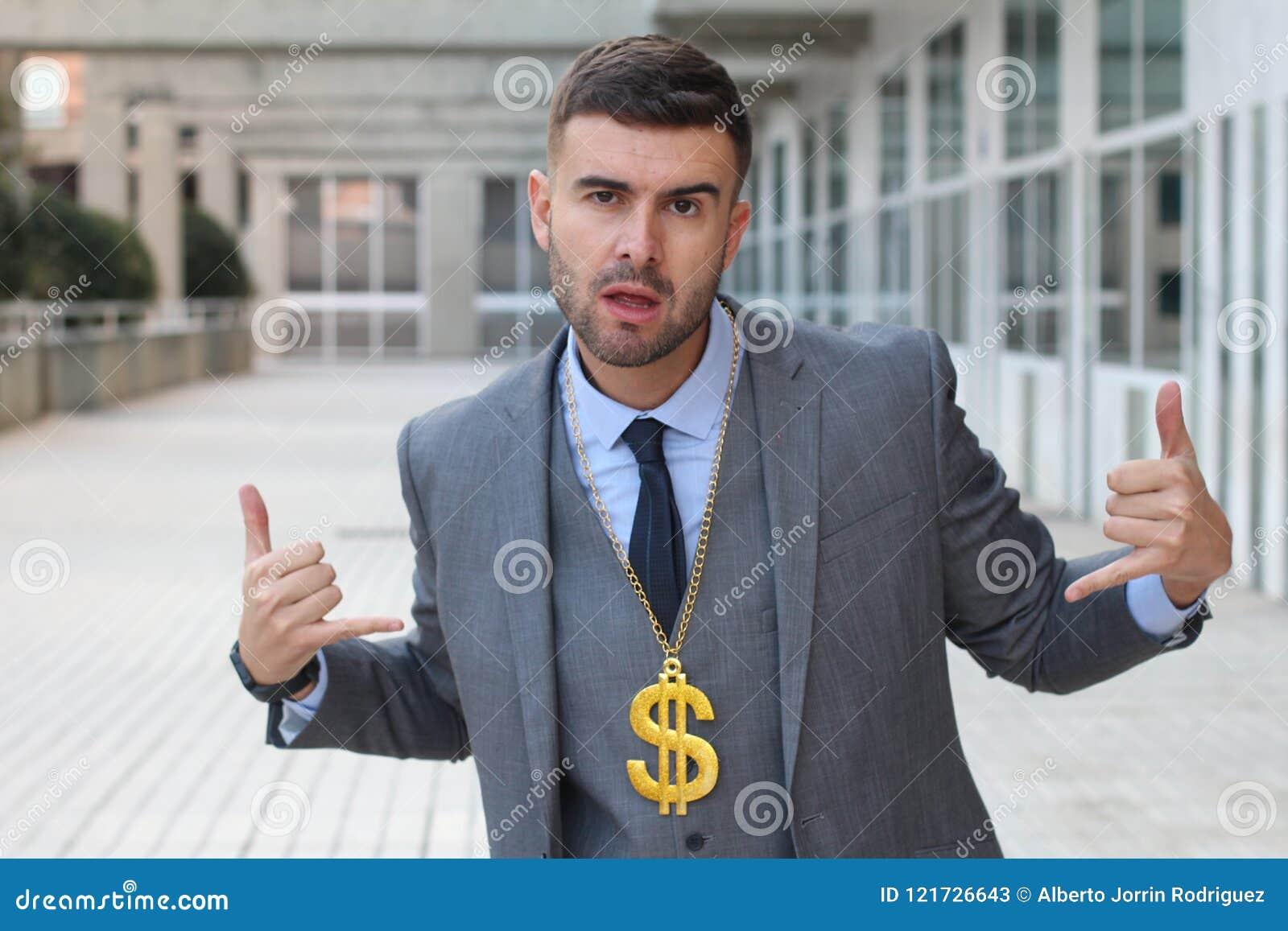 Geschäftsmann, der goldene Halskette mit Dollarzeichen schaukelt