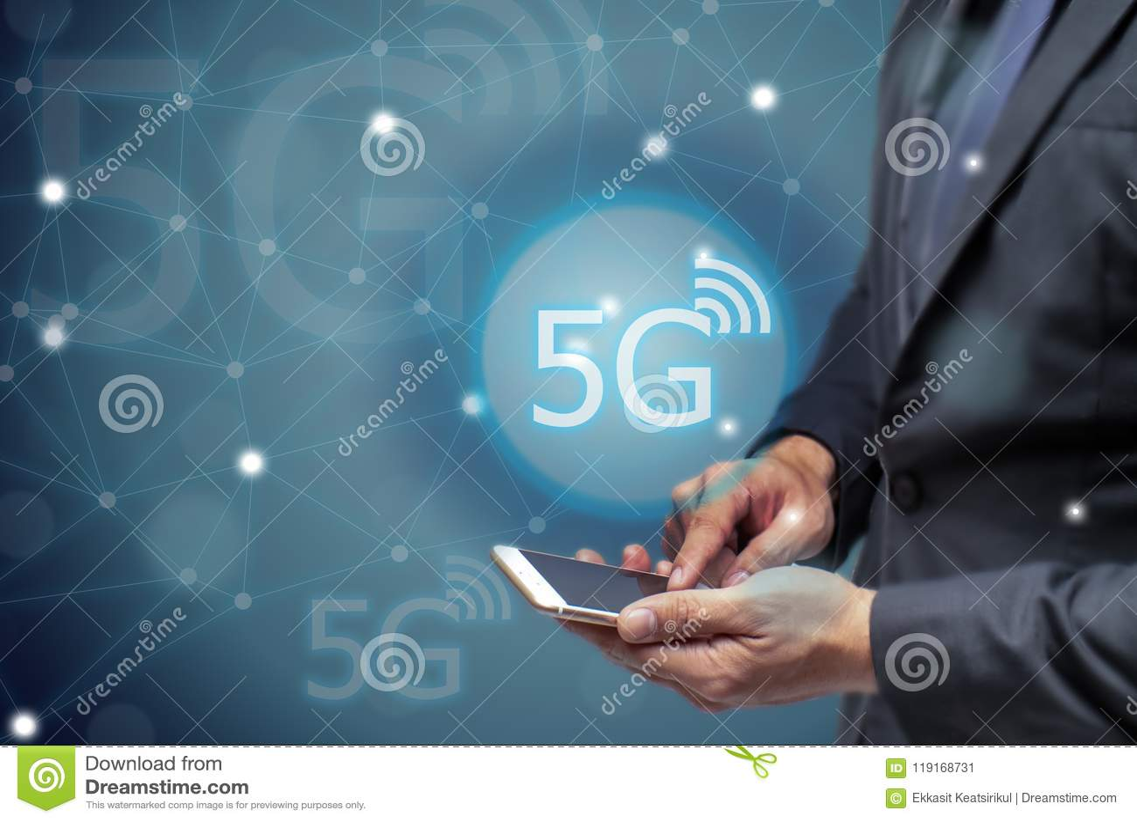 Geschäftsmann, der Handy mit drahtloser Technologie des Netzes 5g verwendet, um jede Kommunikation, iot Internet anzuschließen vo