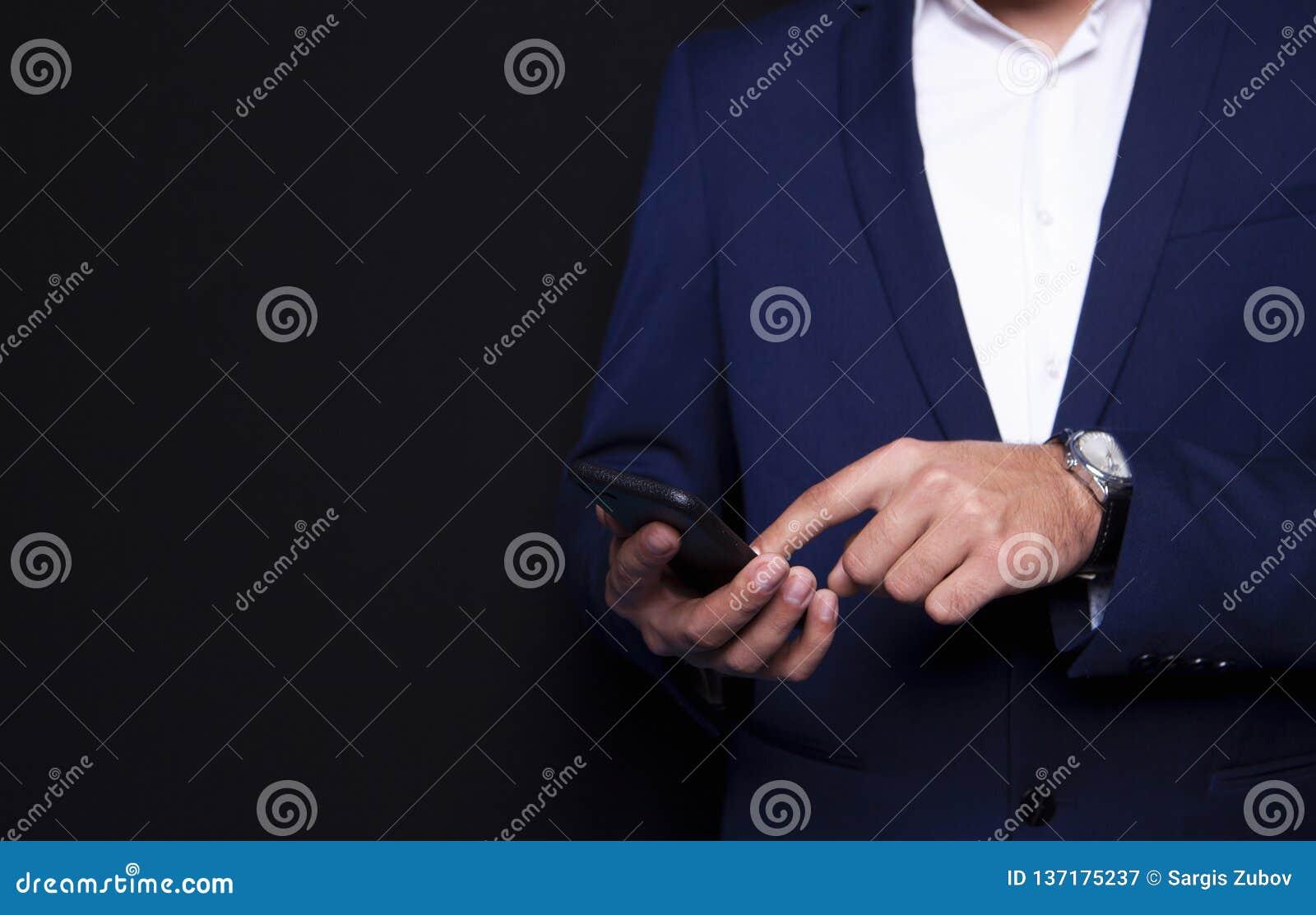Geschäftsmann, der im Telefon wählt