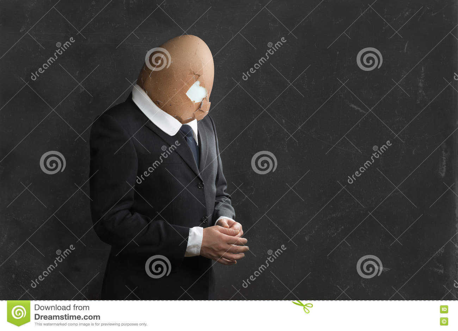 Geschäftsmann in der Klage mit defektem Egghead