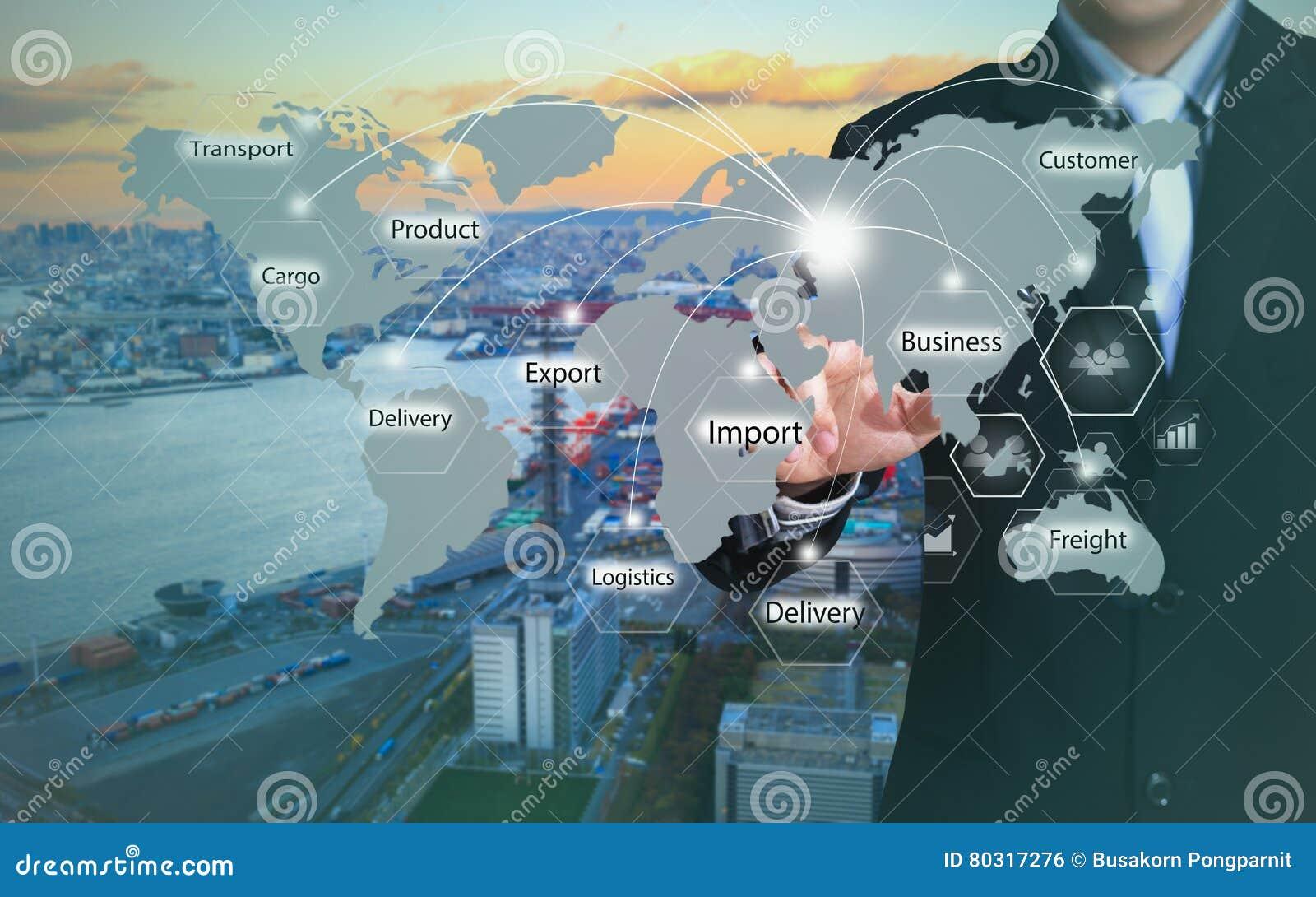 Geschäftsmann, der Logistikknopf auf virtuellen Schirmen bedrängt