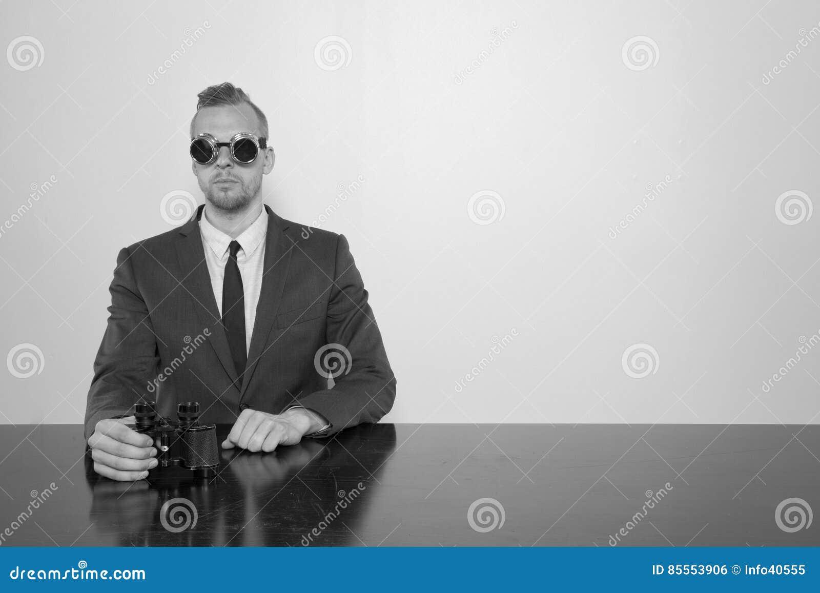 Geschäftsmann, der am Schreibtisch mit Notizblock sitzt