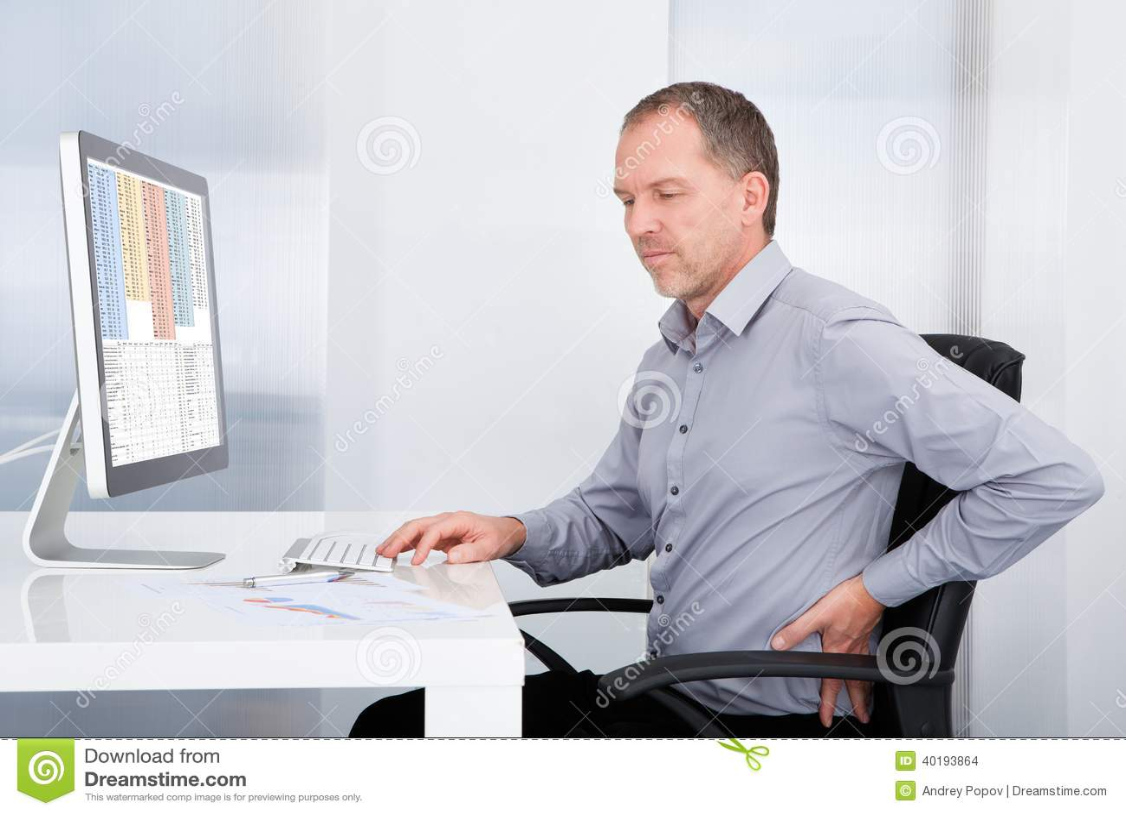 Geschäftsmann, der unter Rückenschmerzen leidet